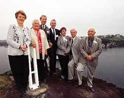 TELAVÅG-BARNA: Fra venstre Olaug Anna Telle, Svanhild Telle, Haldor Tofte, Larsten Øvretveit, Minda Olsen, psykolog Magne Raundalen og Ingemund Midttveit.