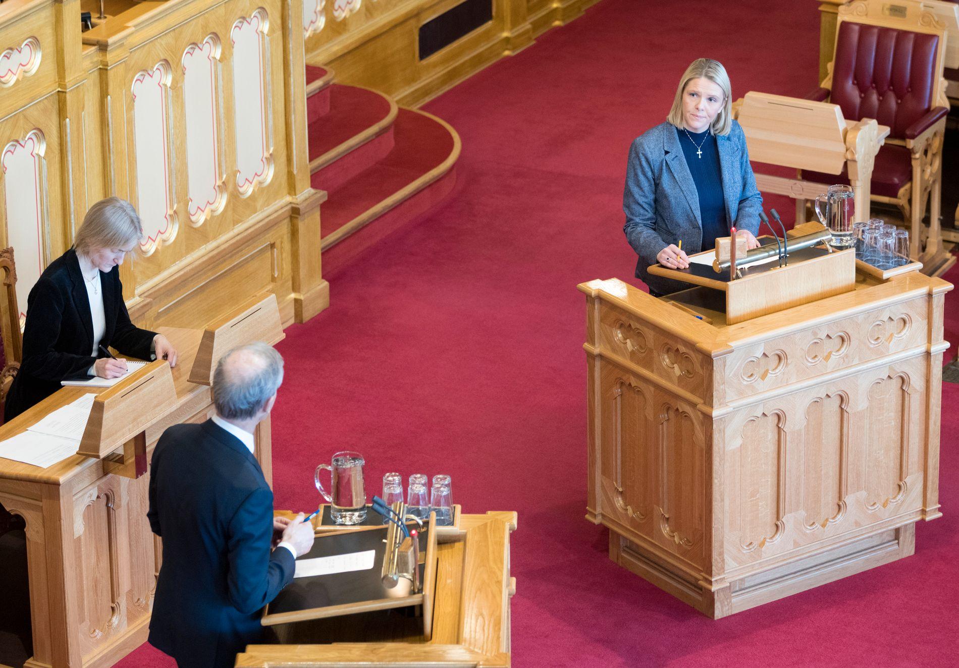 Justisminister Sylvi Listhaug (Frp) og Arbeiderpartiets leder Jonas Gahr Støre på talerstolene i Stortinget, torsdag. Foto: Gorm Kallestad / NTB scanpix