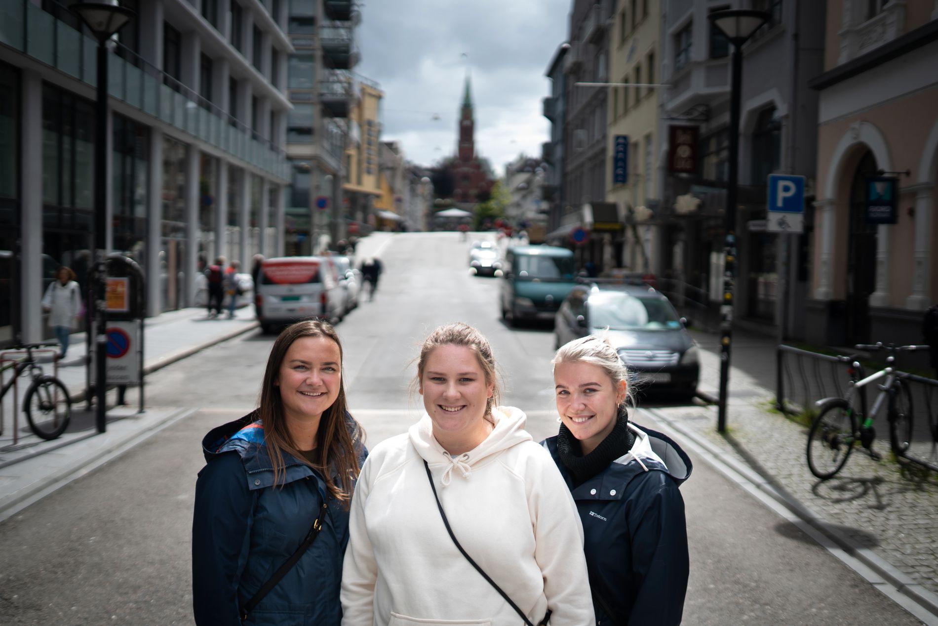FRA VENSTRE: Siri Solberg, Linda Fosso og Ingrid Fosso er tilflyttere fra Øystese og Norheimsund. Deres favorittbygg er Johanneskirken (i bakgrunnen).