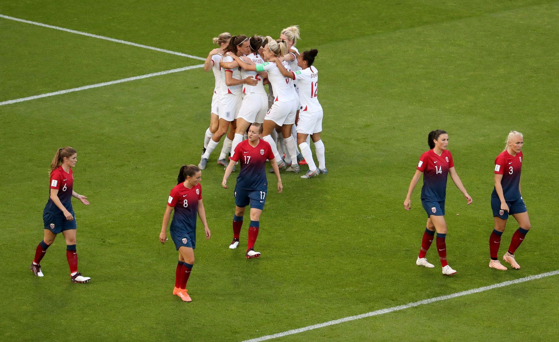 England-spillerne jubler etter Jill Scotts ledermål, mens de norske spillerne fortviler. England avanserte til semifinalen med 3–0-seier.