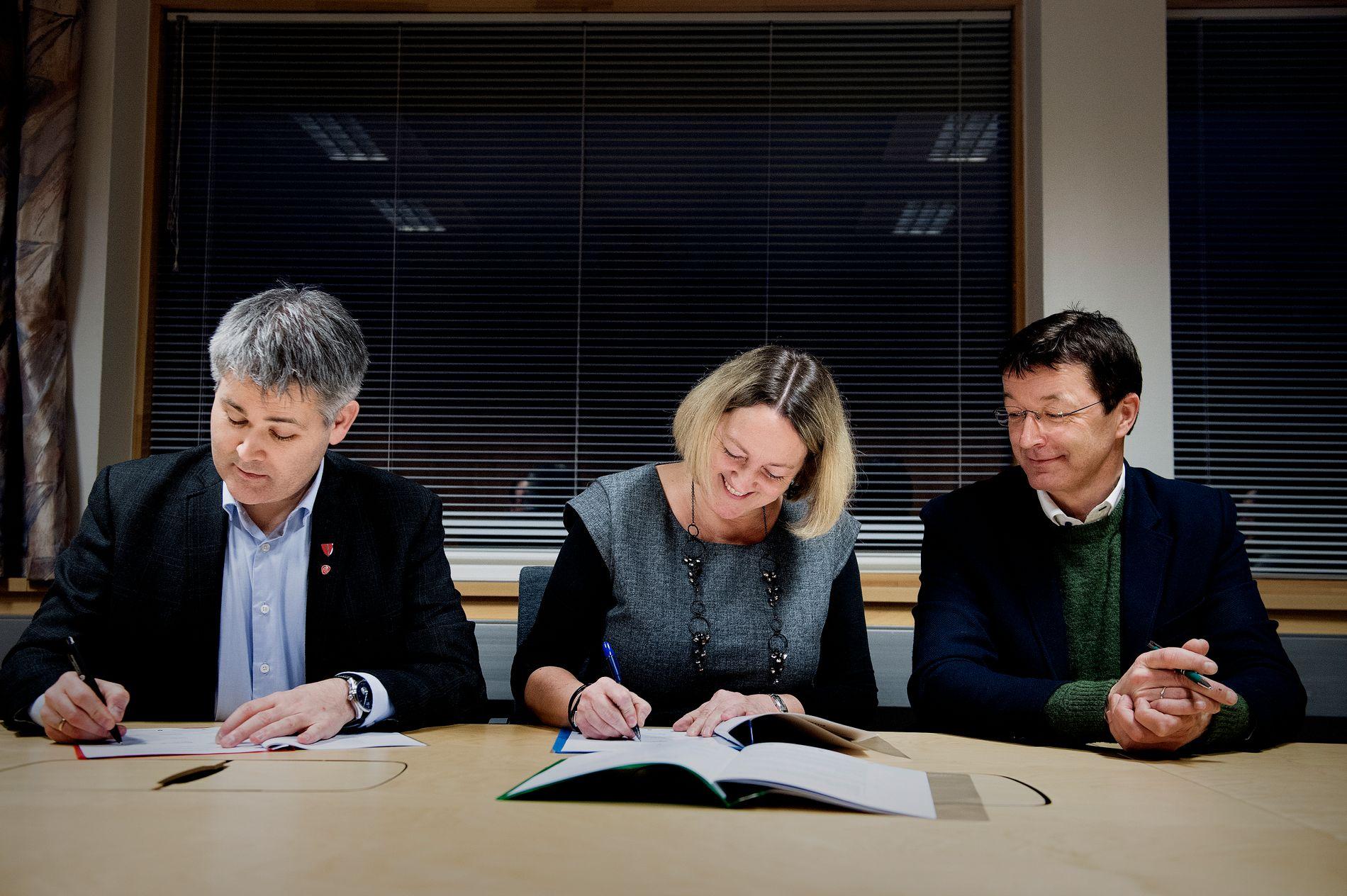 GÅR SAMAN: Øyvind Oddekalv (Ap), Astrid Aarhus Byrknes (KrF) og Jon Askeland (Sp) signerte intensjonsavtalen, for det som frå 2020 blir Alver kommune.