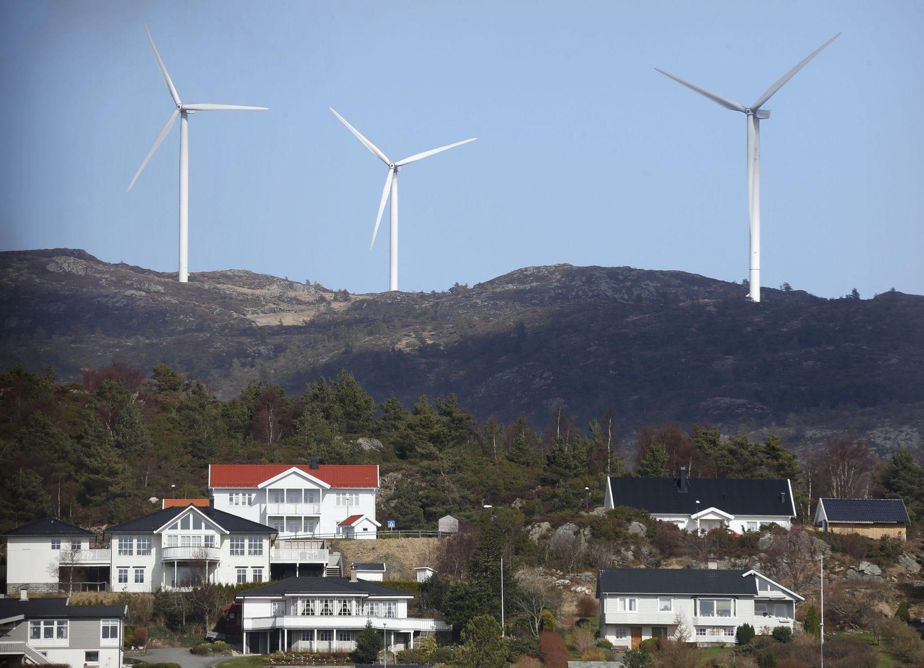 VINDKRAFT: Dei areala som vindkrafta treng, er ikkje bitar, men store jafs. Det som no held på å skje med restane av naturarven vår, er dramatisk, tragisk og ugjenkalleleg, skriv Jan Rabben. På biletet: Vindturbinar over busetnaden på Fitjar i Sunnhordland.