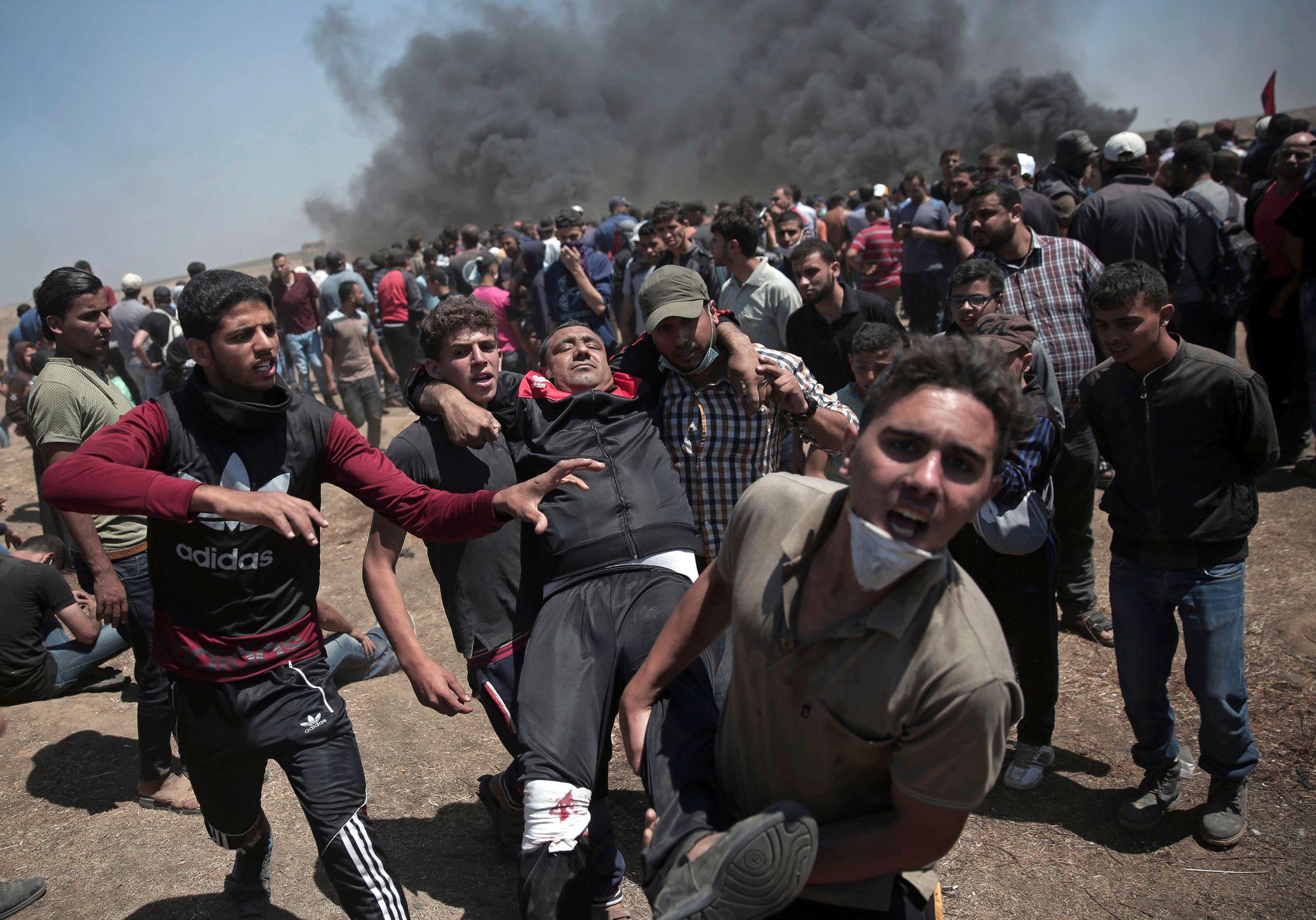 ANGREPET: Palestinske demonstranter protesterte langs grensegjerdet mellom Gaza og Israel. Minst 60 palestinere ble drept etter at israelske soldater skjøt mot demonstrantene.