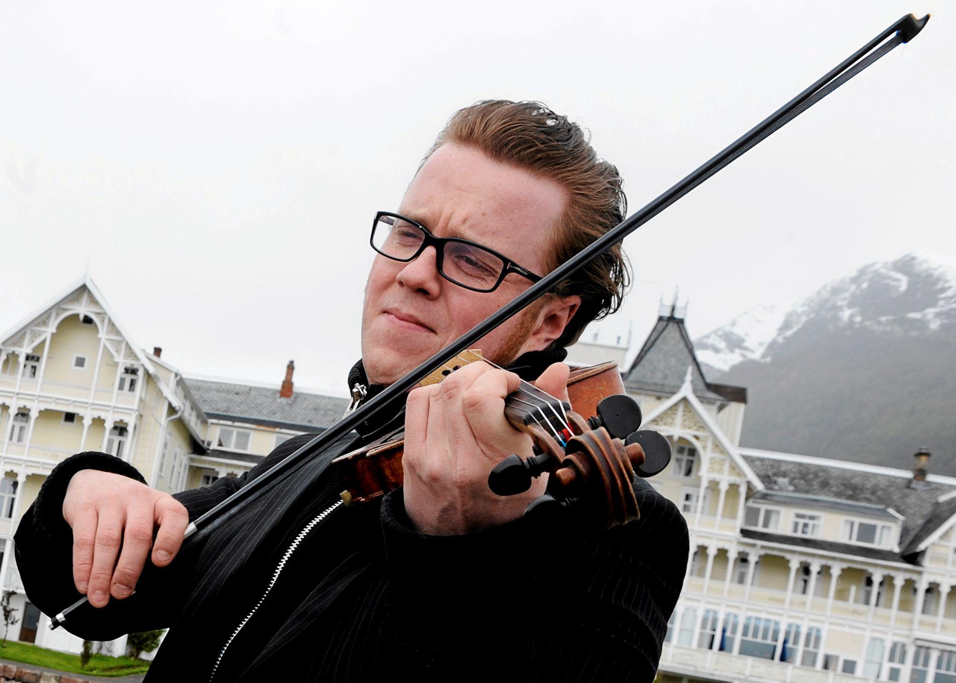 MANGSLUNGEN: Ola Kvernberg spiller både fiolin og piano på lørdagens kammerkonsert.