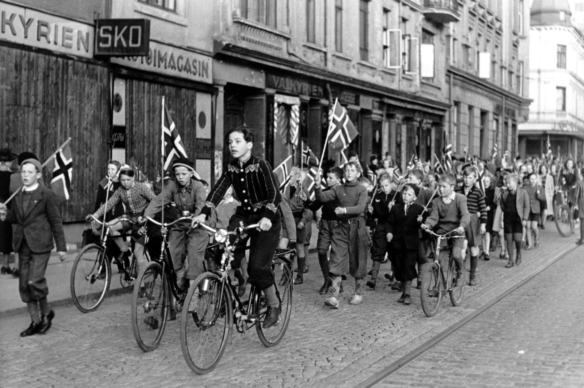 FRED: Finst det eigentleg noko finare? Biletet er frå Oslo i fredsdagane mai 1945.