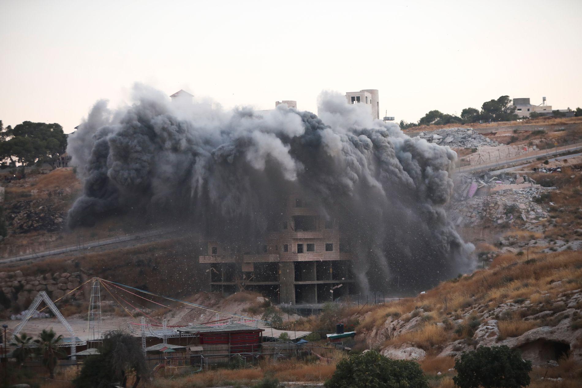 RIVINGA STARTA: Eit palestinsk bustadhus i Sur Baher, i utkanten av Israel, vert riven av israelske styresmakter. – For kvar ny busetjing og for kvar ny riving, vert freden endå mindre sannsynleg, meiner Bergens Tidende.