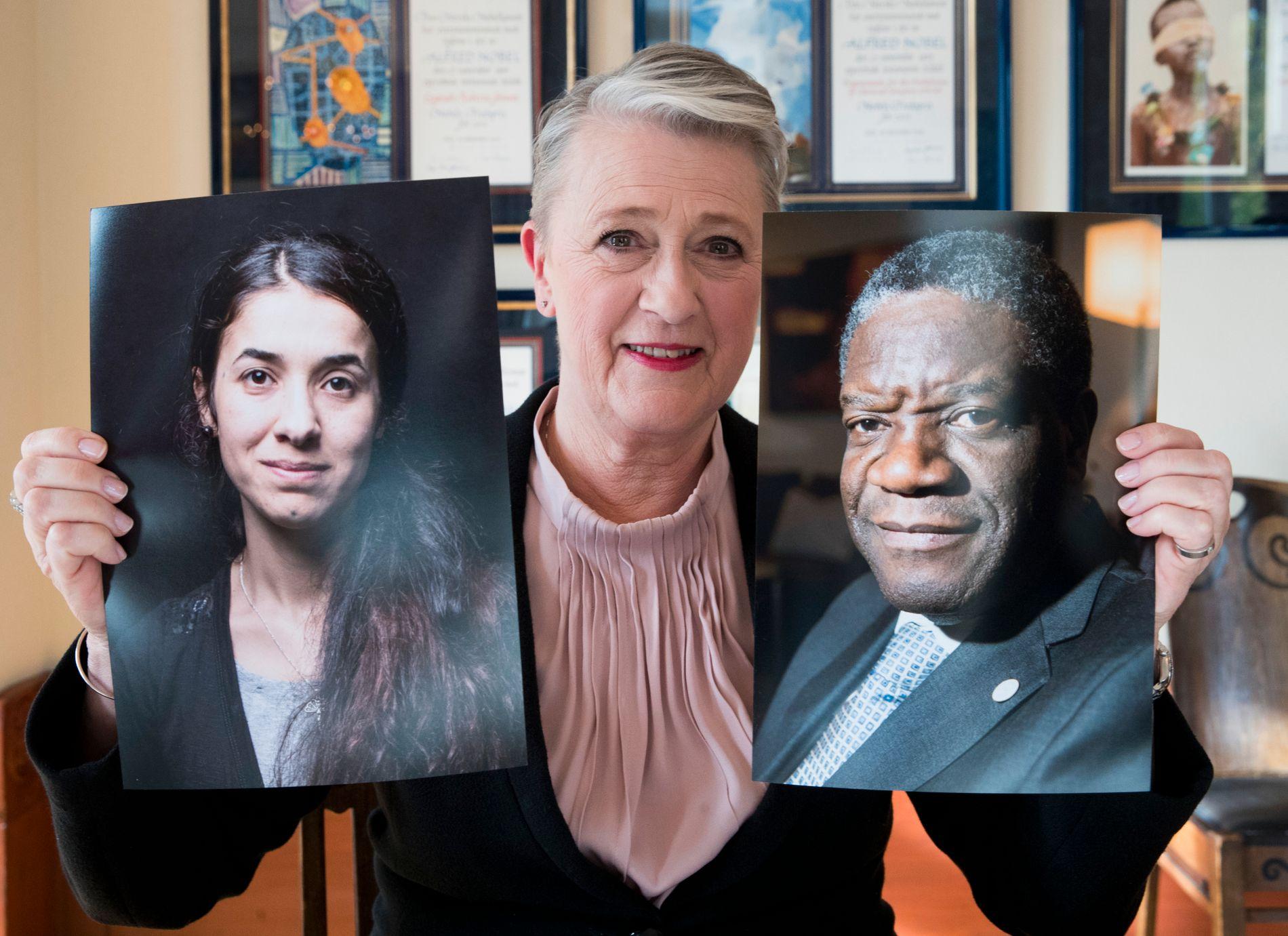 FREDSPRIS: Nobelkomiteens leiar, Berit Reiss-Andersen, med bilete av dei to prisvinnarane (f.v.) Nadia Murad og Denis Mukwege.
