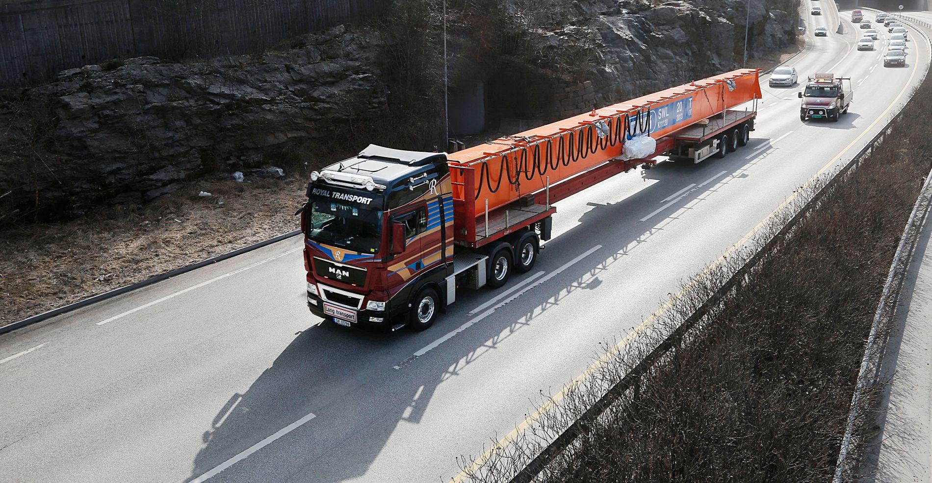 LANG LAST: Traverskranen blir fraktet fra Kokstad til Stavanger i dag.