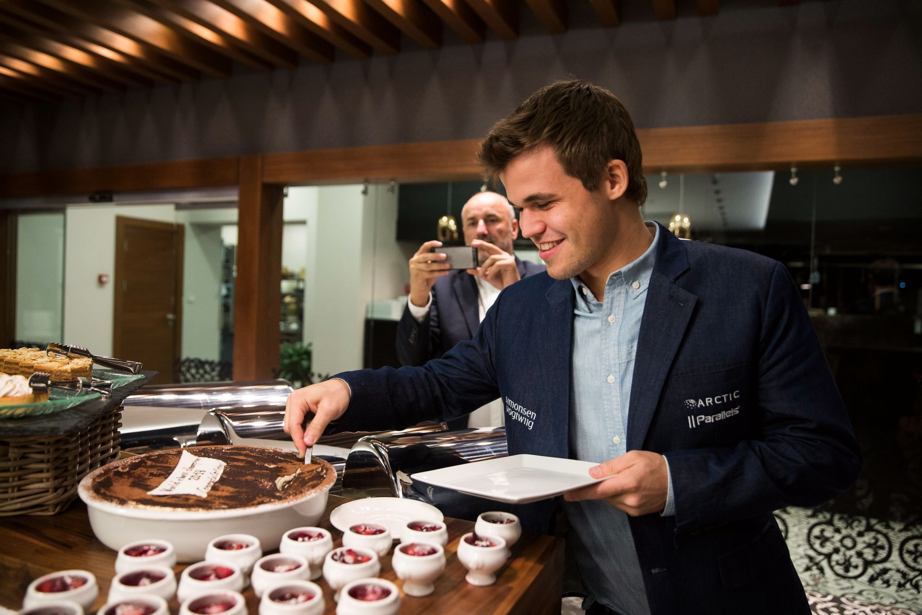 FEIRET MED KAKE: Magnus Carlsen unnet seg litt god kake etter søndagens VM-triumf.