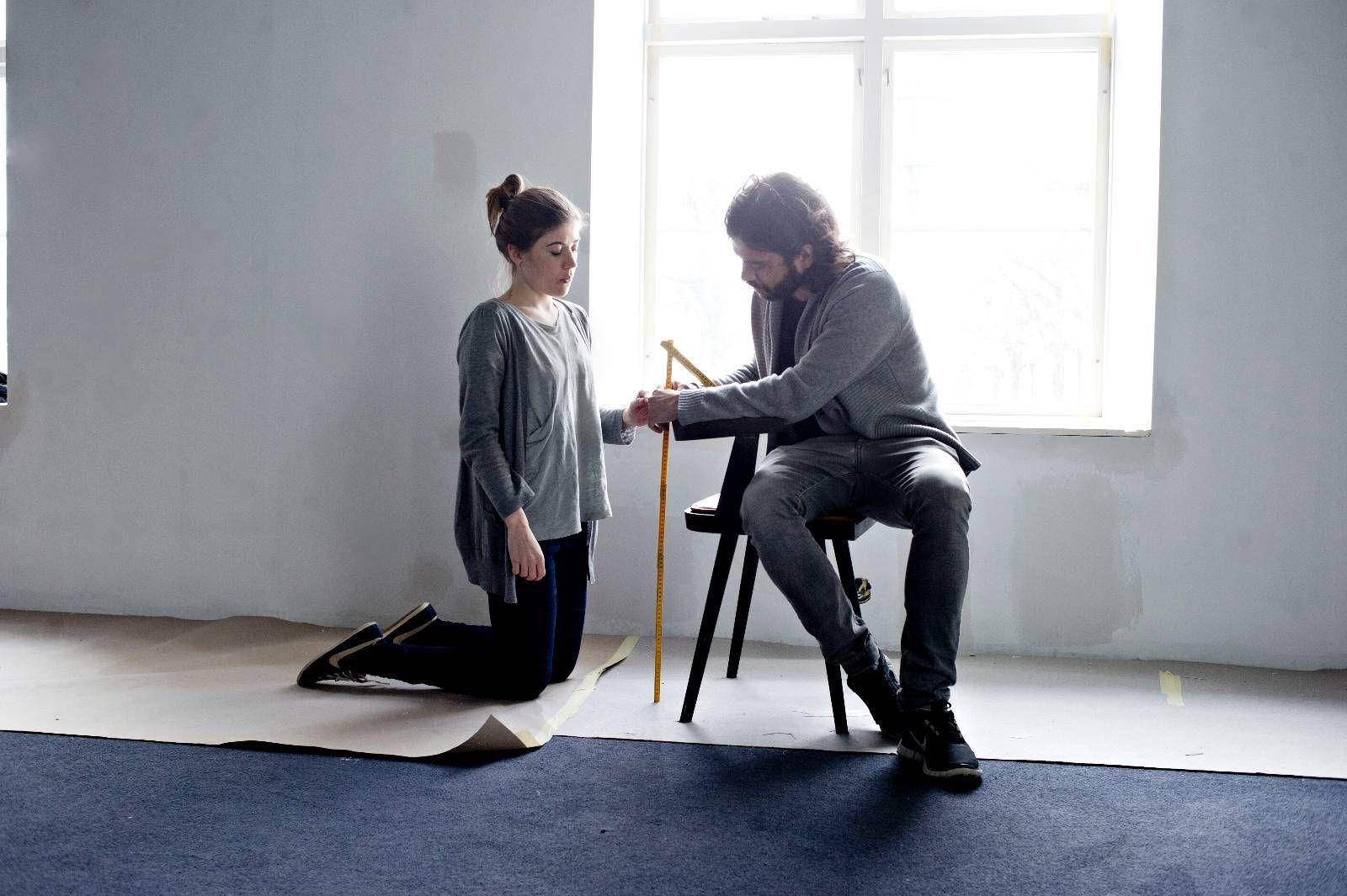 KØBENKLASSIKER: Fredrik Saroea og Camilla Piltoft fra København Møbelsnedkeri tilpasser Lysverkets nye stol.