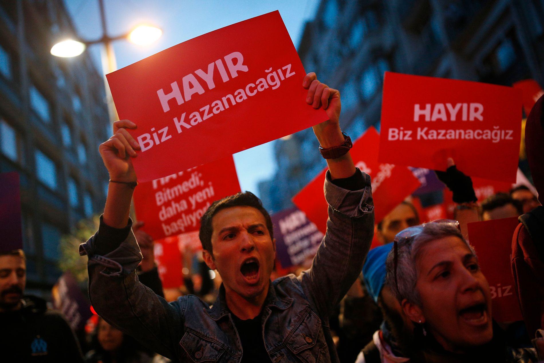 Opposisjonen i Tyrkia krever resultatet fra folkeavstemningen annullert. Foto: AP / NTB scanpix