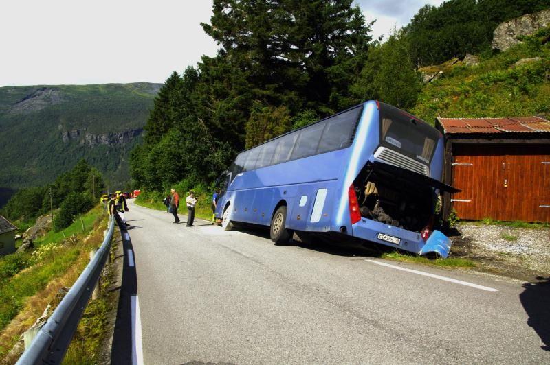 RISIKO: Slitne og inkompetente sjåfører på brokete landeveier utgjør en stor risiko for ulykker, skriver BT på lederplass. Bildet viser en russisk turistbuss som kjørte av veien mellom Turtagrø og Fortun en tidligere sommer.