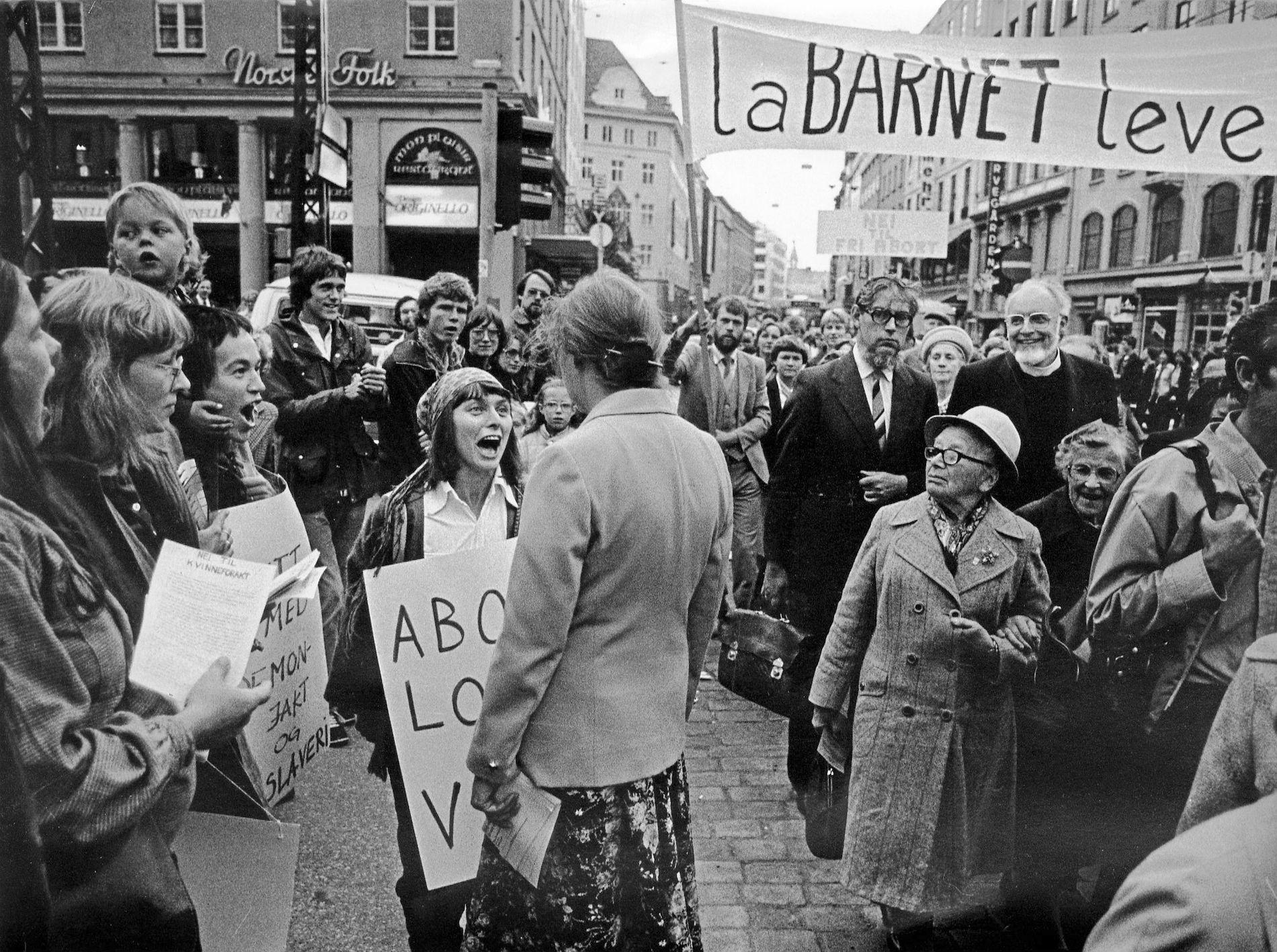 1981: Etter 1980 har det vært flere forsøk på å endre loven, men den er blitt stående. Bildet er fra en demonstrasjon i  Bergen i 1981, som motstandere av abort arrangerte.