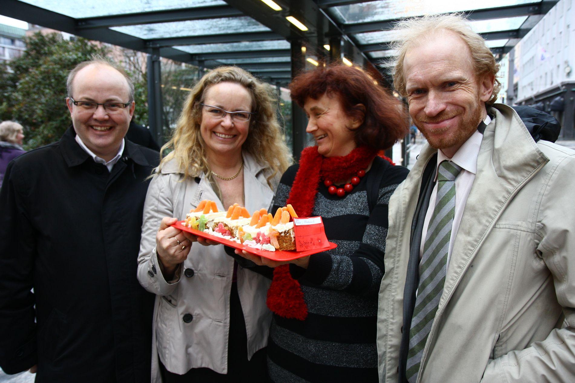 FEST: Ove Sverre Bjørdal (SP), Ruth Grung (AP), Oddny Miljeteig (SV) og Seinulf Tungesvik (SP) feirer vedtaket med bybanekake.FOTO: RUNE STØLÅS