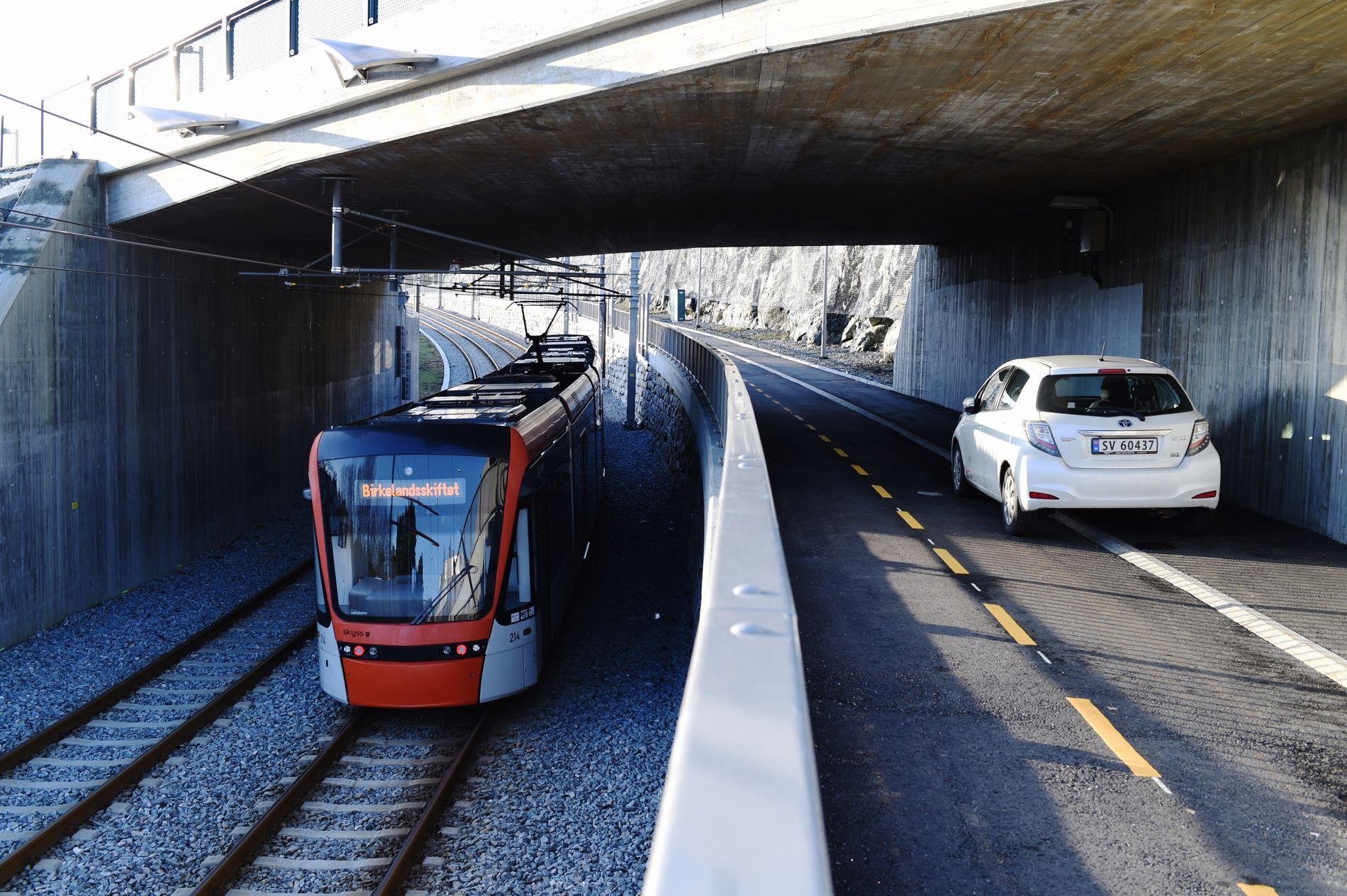 TRAFIKK: På Sandsli kjører Bybanen og bilene side om side.