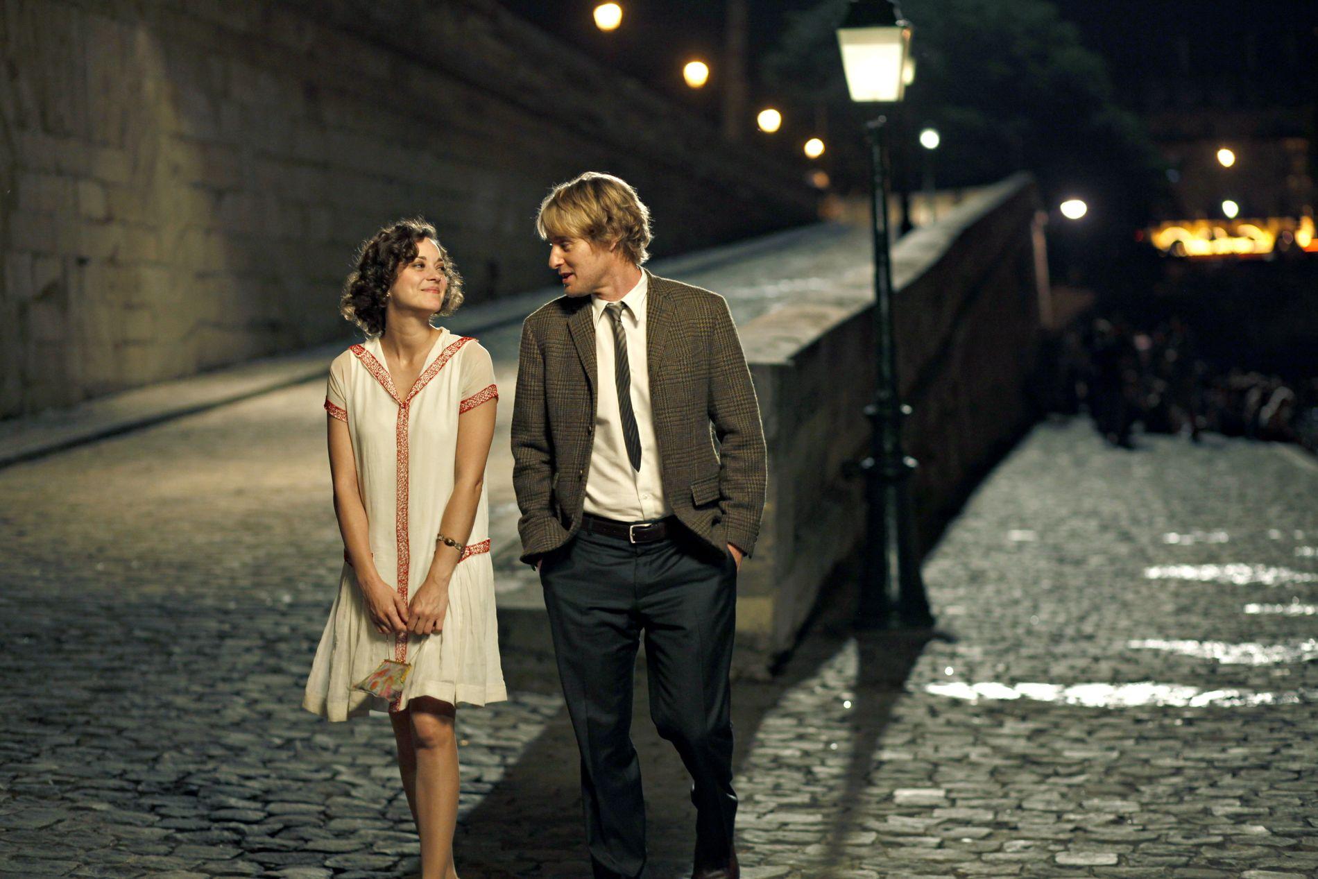 ROMANTIKK: Å se Marion Cotillard i rollen som Adriana vandre gatelangs i vakre kjoler, er en nytelse i seg selv. Så blir da også Gil (Owens Wilson) mer enn betatt.