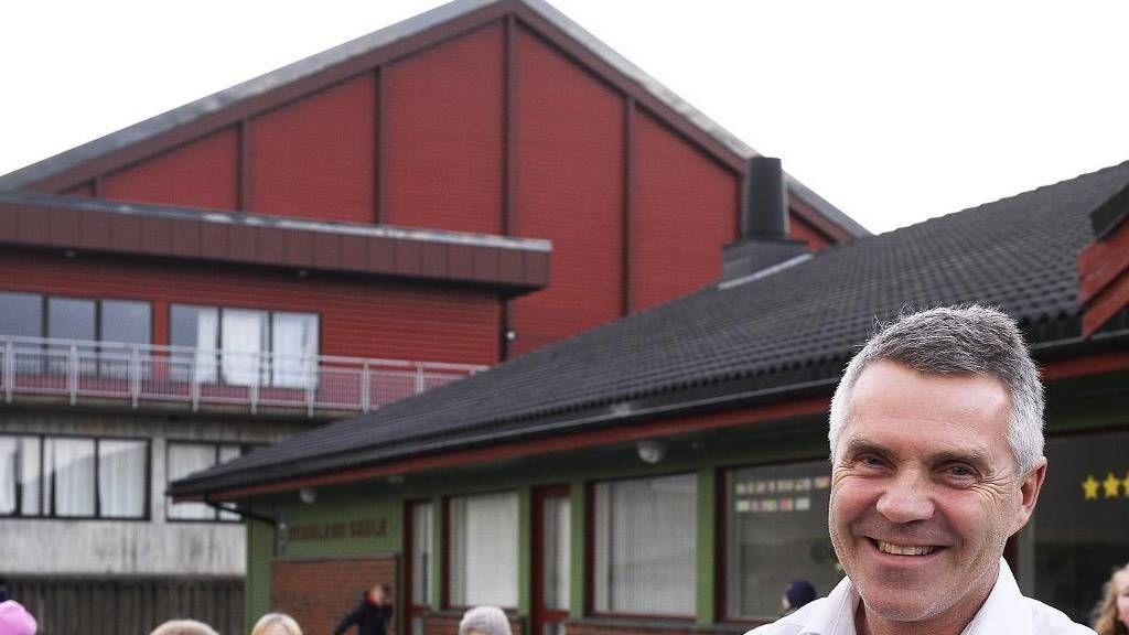 REKTOR BEKREFTER. Rektor Atle Tanum ved Dysjaland skule i Rogaland bekrefter at elevene i 1. klasse deler garderobe.