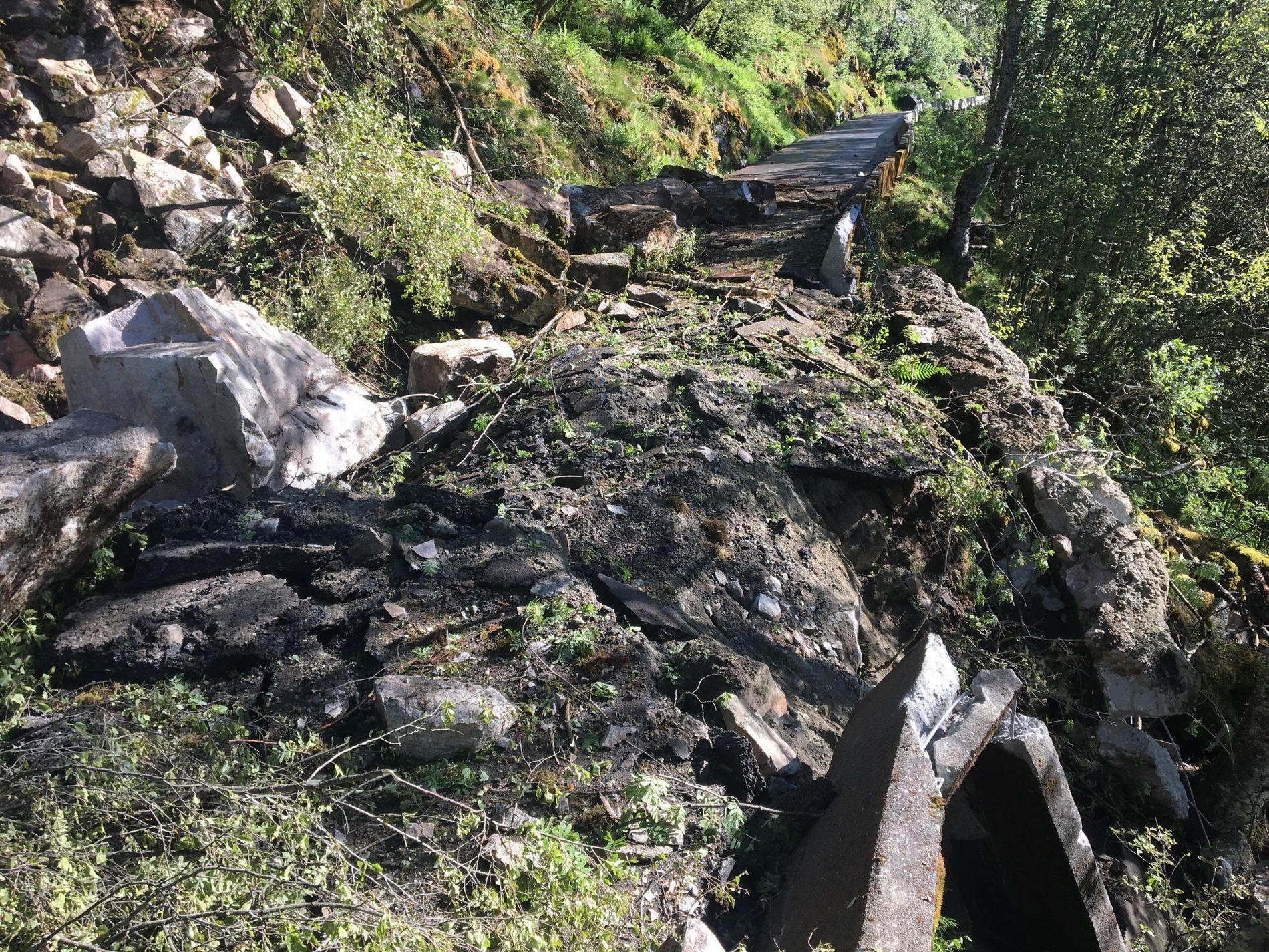 KNUSTE VEIEN: Veibanen ble ødelagt i fem meters bredde da steinspranget kom fredag.