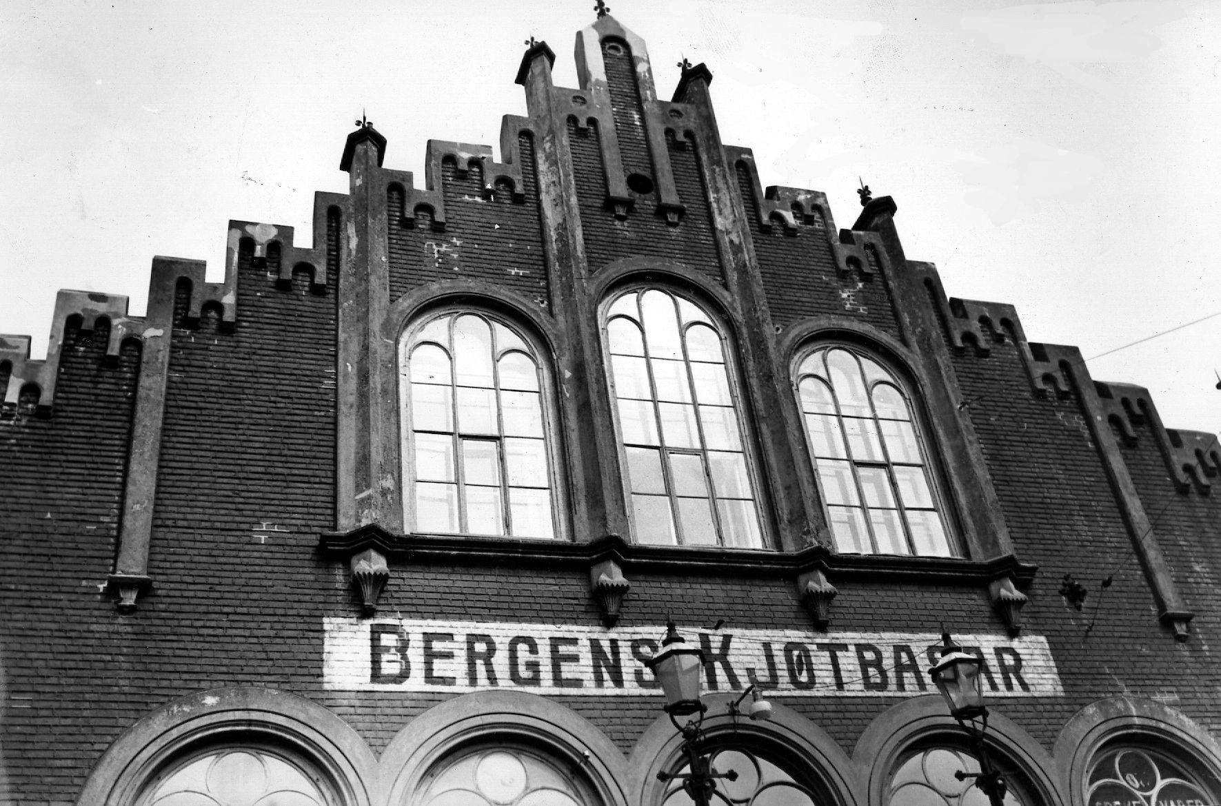 HISTORISK: Kjøttbasaren er reist omtrent der kjøttvarer tidligere ble omsatt, i krysningspunktet mellom Bryggen og Torget, med tørrfisk på den ene siden og fersk fisk på den andre.
