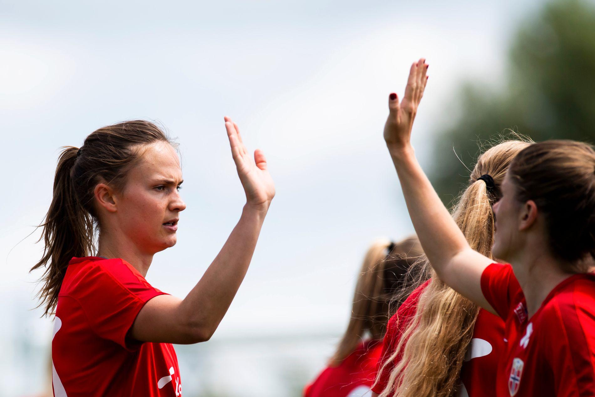 KVINNEFOTBALL: Maren Mjelde har tidligere oppfordret moderklubben sin om å gå inn i SK Brann med damelaget. Politikere har gjort det samme. Ingenting skjer, skriver Synnøve T. Stub.
