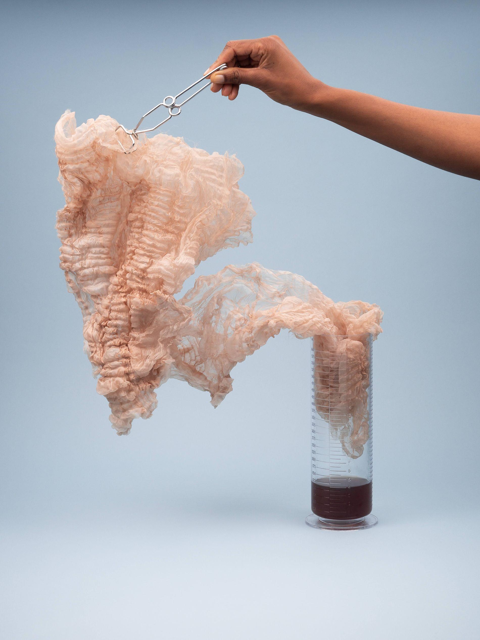 ENGLISH ROSE: I utstillingen fremstilles huden gjennom stoffer som både en beskyttelse, men også noe skjørt.