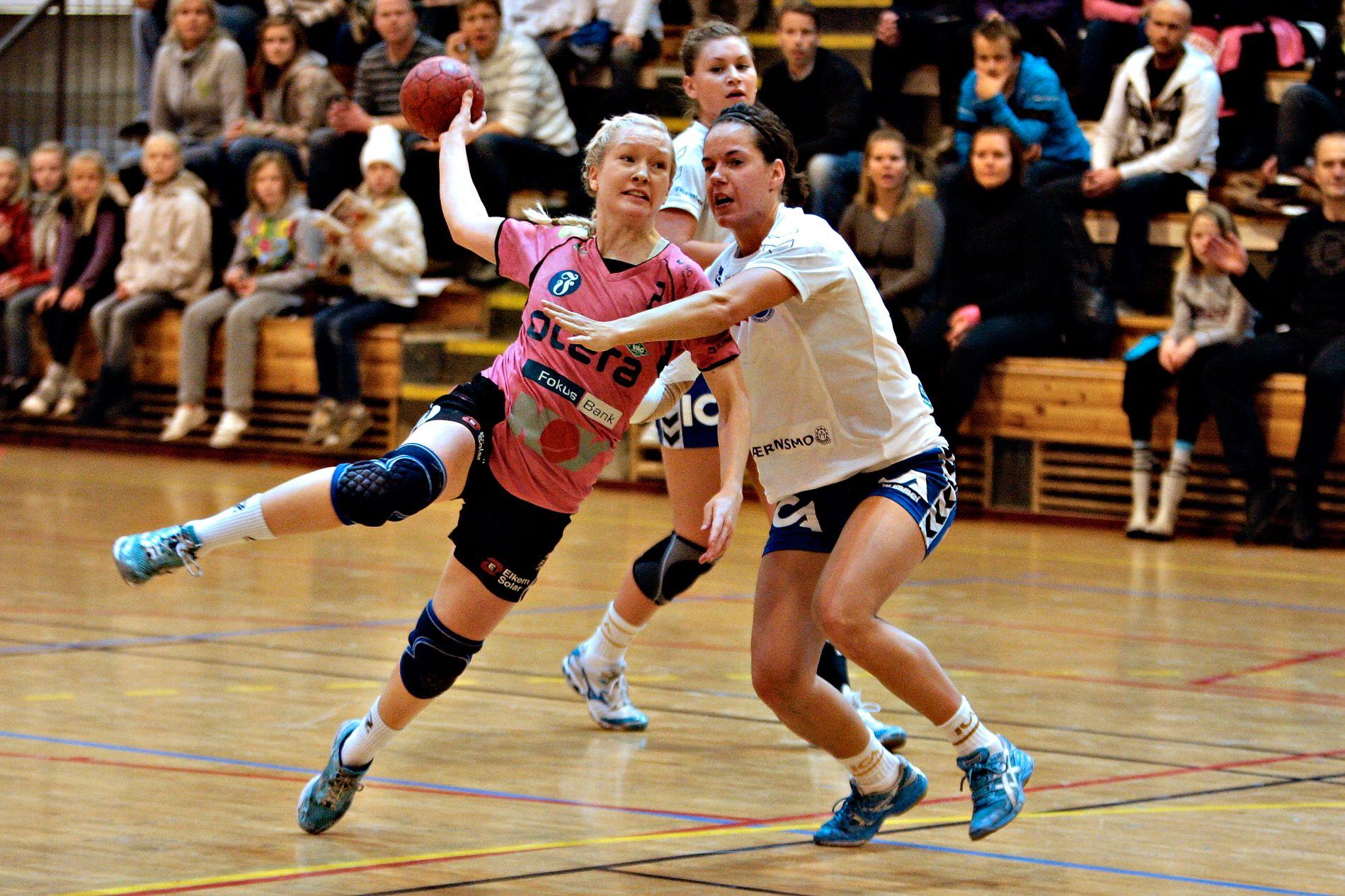 Våg Vipers byttet navn til Vipers Kristiansand sommeren 2009. Formålet var å signalisere at de er et lag for hele Sørlandet og ikke bare en bydelsklubb. Samtidig fikk laget rosa drakter. Bildet viser Lindy Malene Kelly Taraldsen i kamp med Nordstrand-forsvaret.