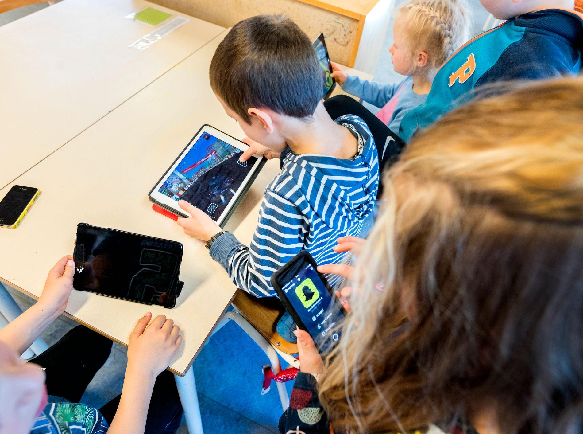 STYRT BRUK: Læreren som ønsker å bruke mobil på en god måte i undervisningen, skal vi applaudere. Men vi vil at det er læreren og ikke elevene som skal styre bruken på skolen, skriver innsenderne.
