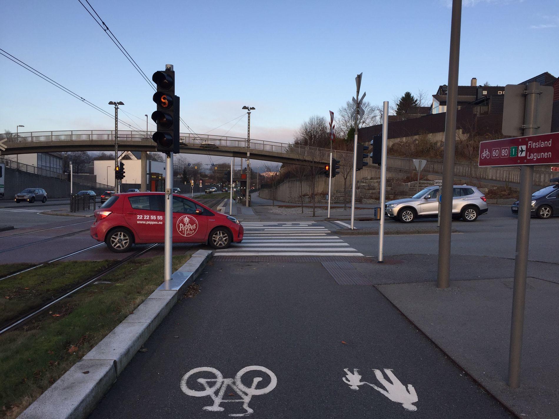 BILDE 3: Kryss Fanavegen-Sætervegen. Sætervegen er den mest trafikkerte sidevegen i området. Her vil trafikken øke fremover pga fortetting. Byrådet foreslår at sykkelstamvegen skal krysse Sætervegen. Dette medfører dårlig framkommelighet og trafikkfare, ifølge innsenderen. I et VEST-alternativ blir det ikke nødvendig å krysse Sætervegen.