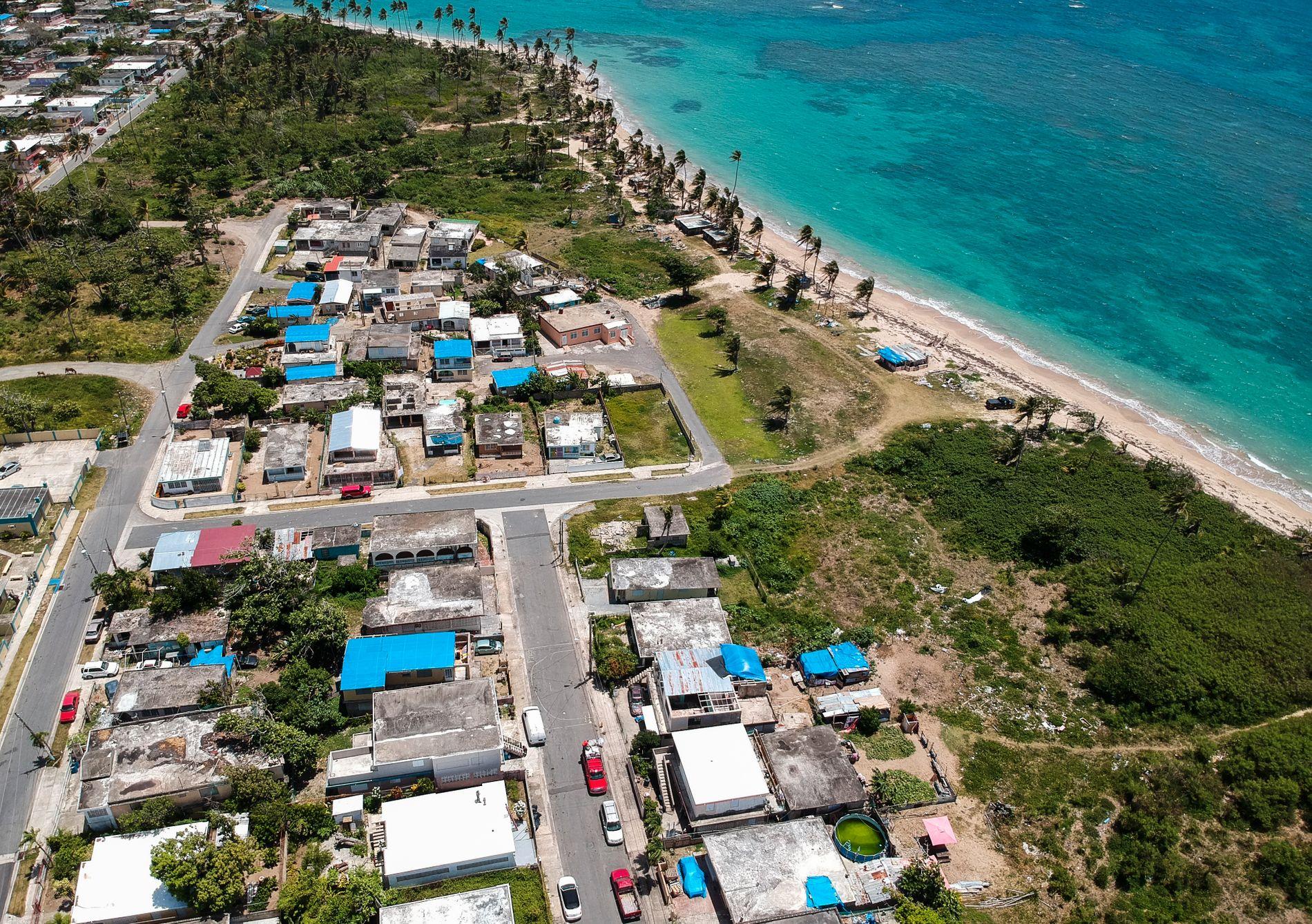 ORKANRAMMET: Bildet er fra Viequez øst for Puerto Ricos hovedstad San Juan i sommer. Da bodde folk fortsatt i ødelagte hus, beskyttet av blå presenninger etter orkanen Maria.