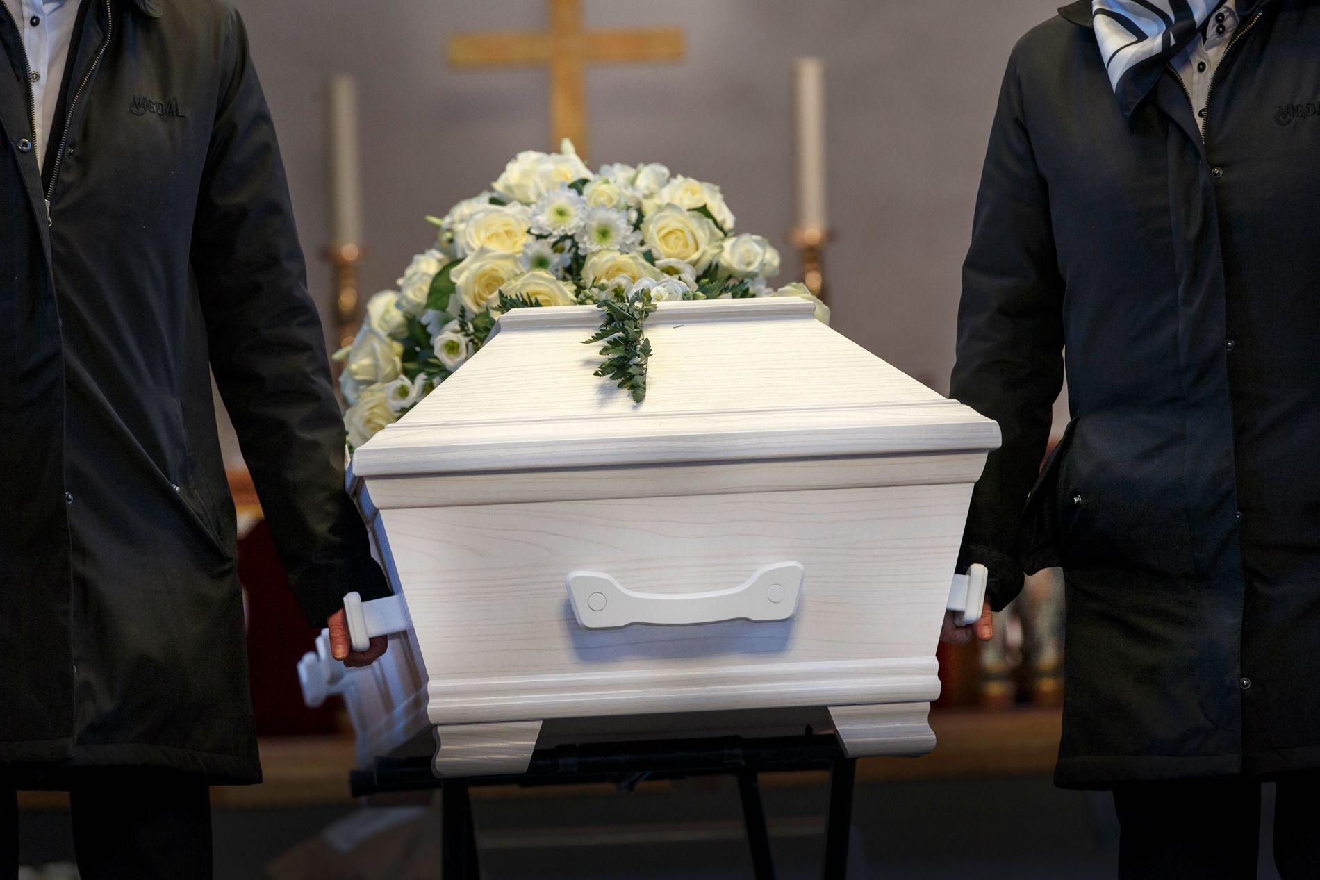 IKKE RIKTIG: Bare rundt halvparten av den norske befolkning ønsker å bli gravlagt gjennom Den norske kirke. – For meg tyder dette på at det for mange nok ikke vil være det riktige at en prest kommer med dødsbudskapet, skriver Christian Lomsdalen.