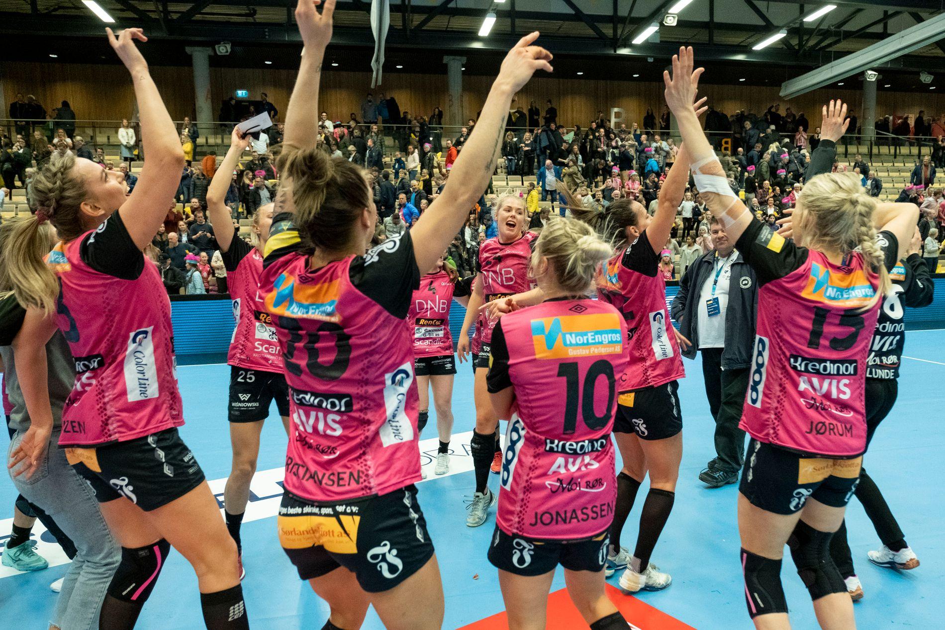 Vipers etter seieren i den andre kvartfinalen i Champions League mellom Vipers Kristiansand og Buducnost i Aquarama i Kristiansand.