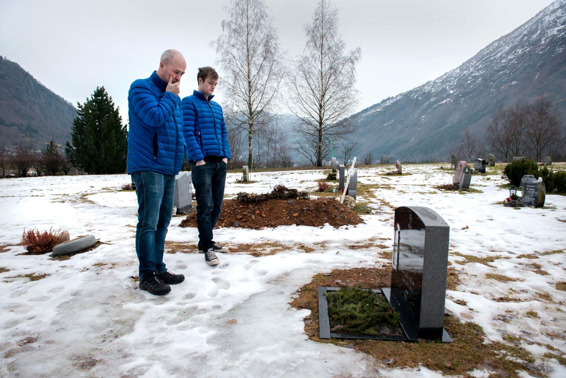 HVILESTED: Knut Røneid besøkjer sonen Kristoffers grav i Gaupne kvar dag. Her med Kristoffers bror, Håvard Røneid.