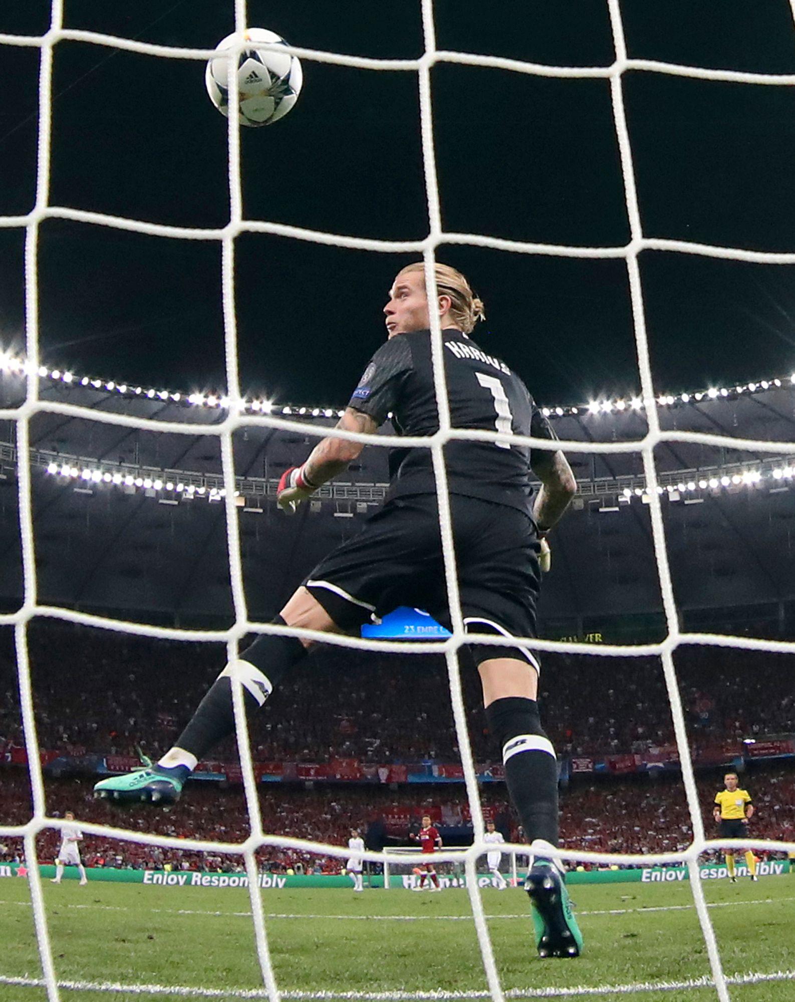 AVGJØRELSEN: Loris Karius makter ikke å stoppe langskuddet fra Gareth Bale, og Real Madrid går opp i 3–1-ledelse.