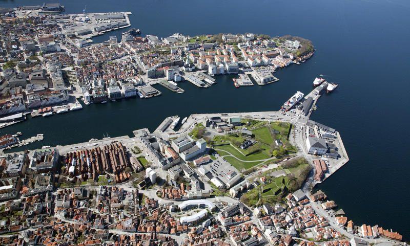 IKKJE HER: Det er dårleg kulturminnepolitikk å frakte tusenvis av nybilar inn i området rett bak nokre av dei mest historisk viktige byggverka i Bergen; Håkonshallen, Rosenkrantztårnet og Bergenhus festning, meiner BT.