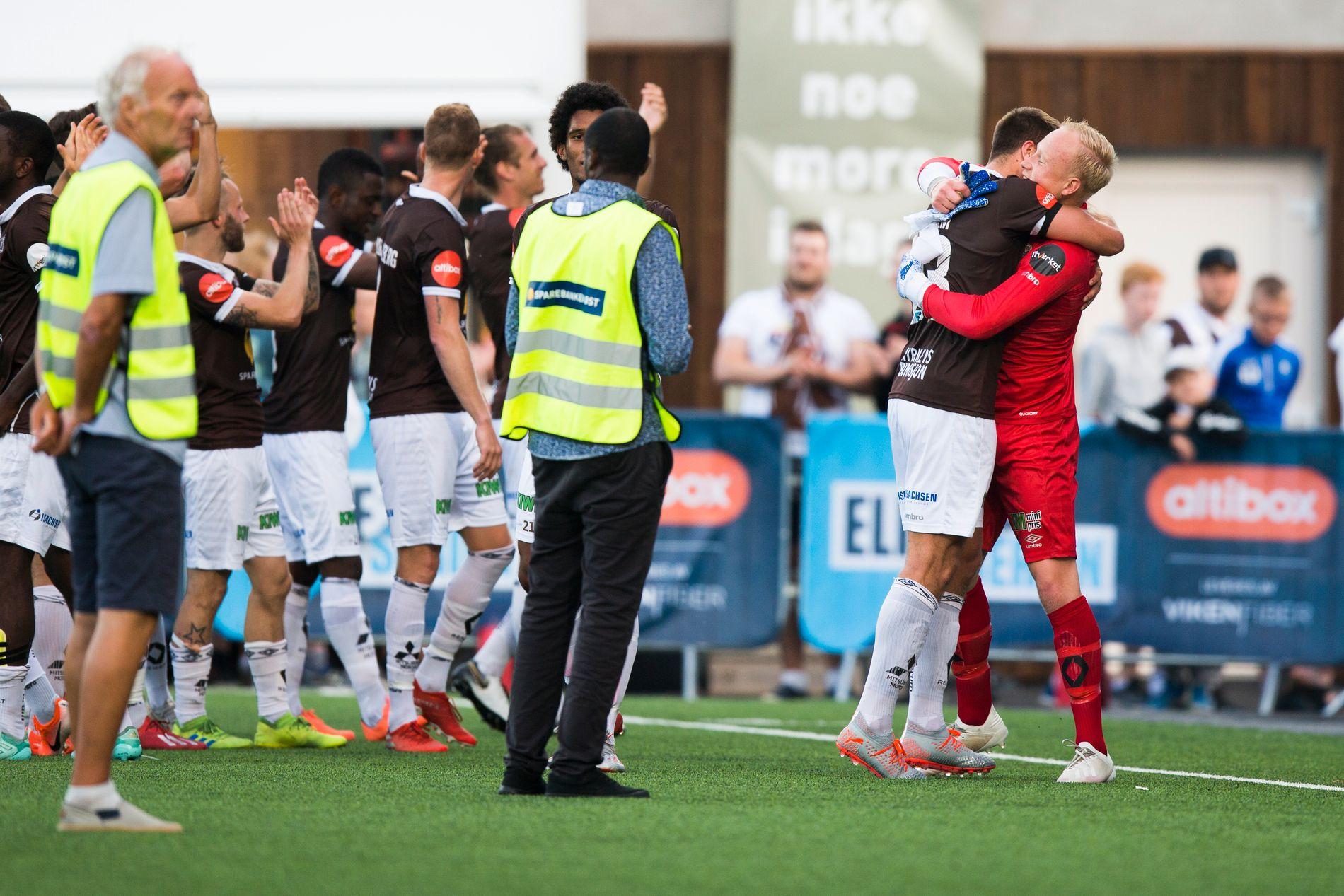 Julian Faye Lund omfavnes etter Mjøndalens 2–0-seier over Odd.