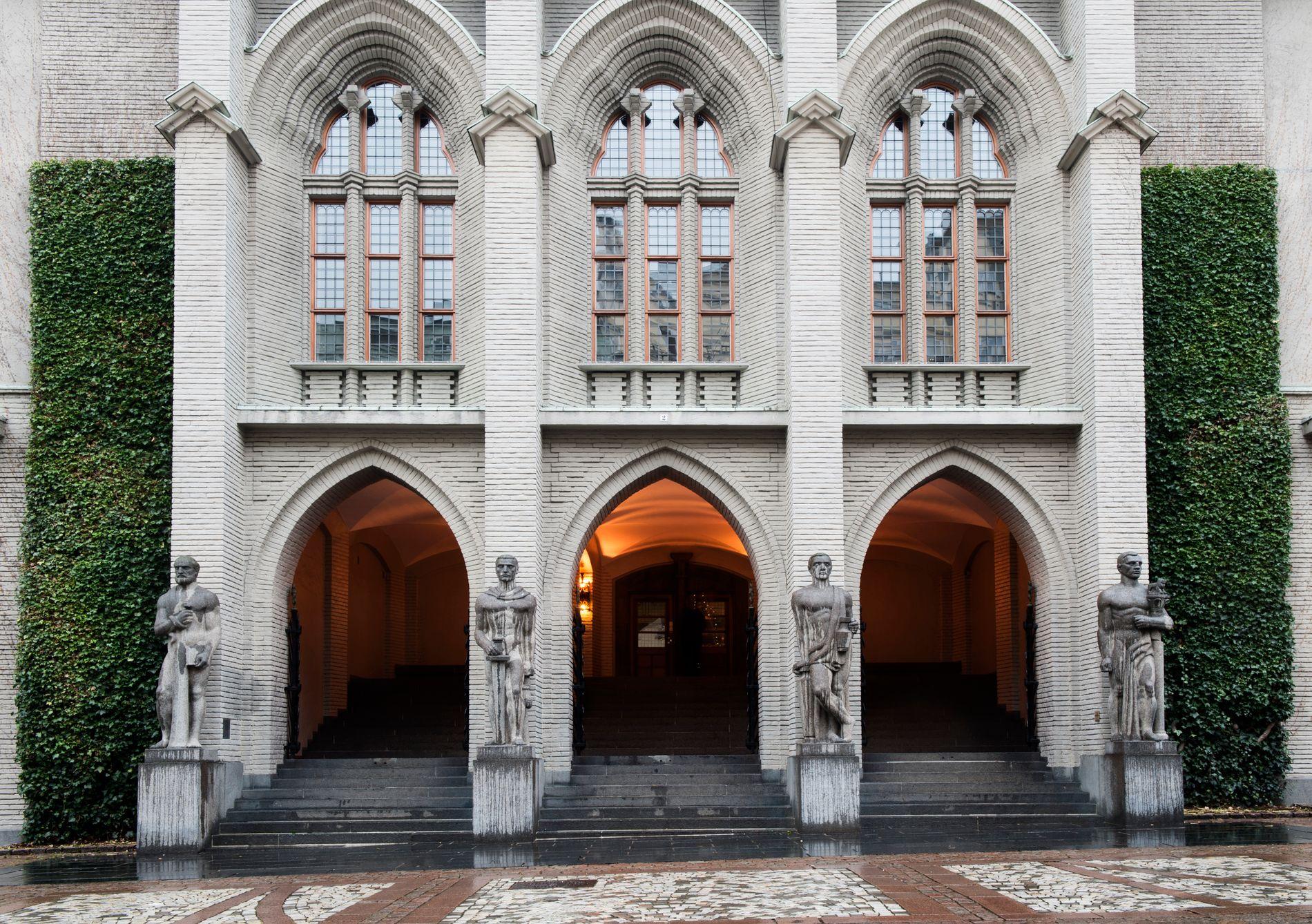 – LA TRAPPEN VÆRE: I realiteten ødelegger forslaget fra 4B Arkitekter en del av konseptet bak vinnerutkastet og en av-monumentalisering av bygningen, mener Carolyn Ahmer.