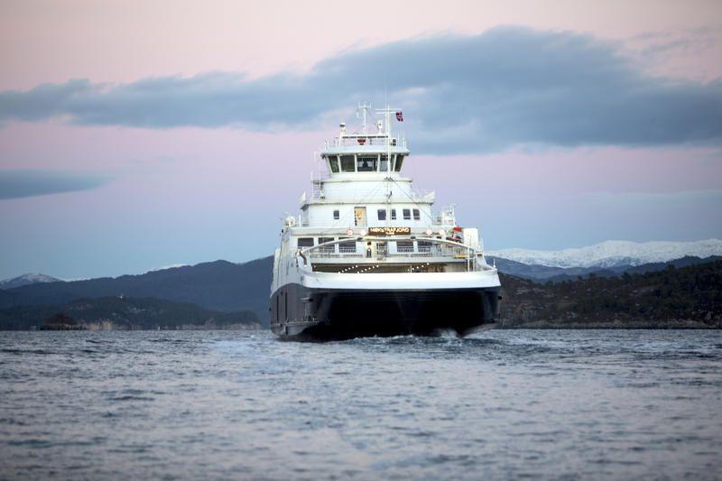 MÅ TILPASSE: Fergestrekningen over fjorden er hovedveien til folk. Om Skyss absolutt skal kutte i rutetidene, må de resterende fergeovergangene i det minste tilpasses dagpendlernes behov, skriver BT på lederplass. Bilder viser «Møkstrafjord, den første elektriske fergen i Hordaland.