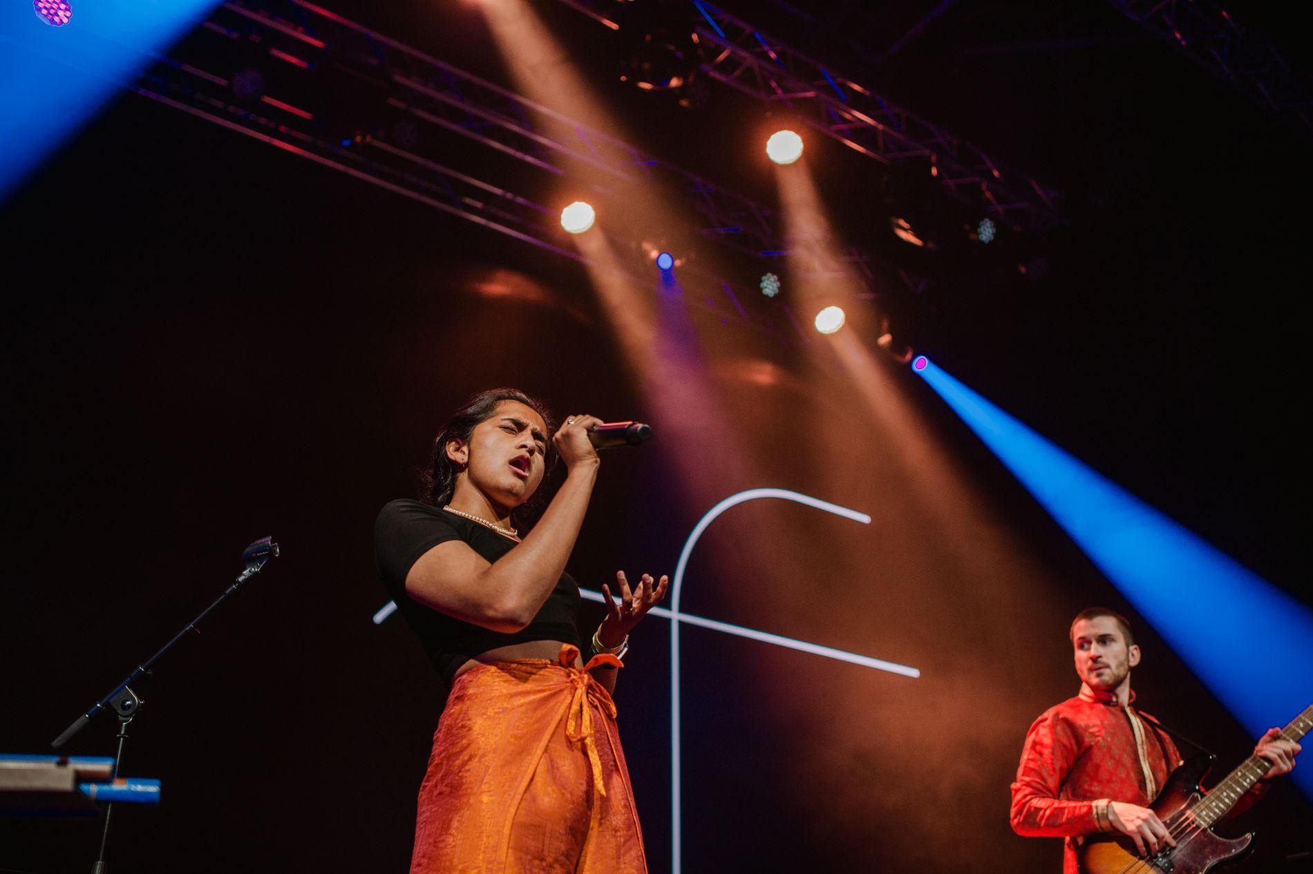 STILTE OPP: Bandet 9 Grader Nord og den fabelaktige vokalisten Dipha Thiruchelvam.