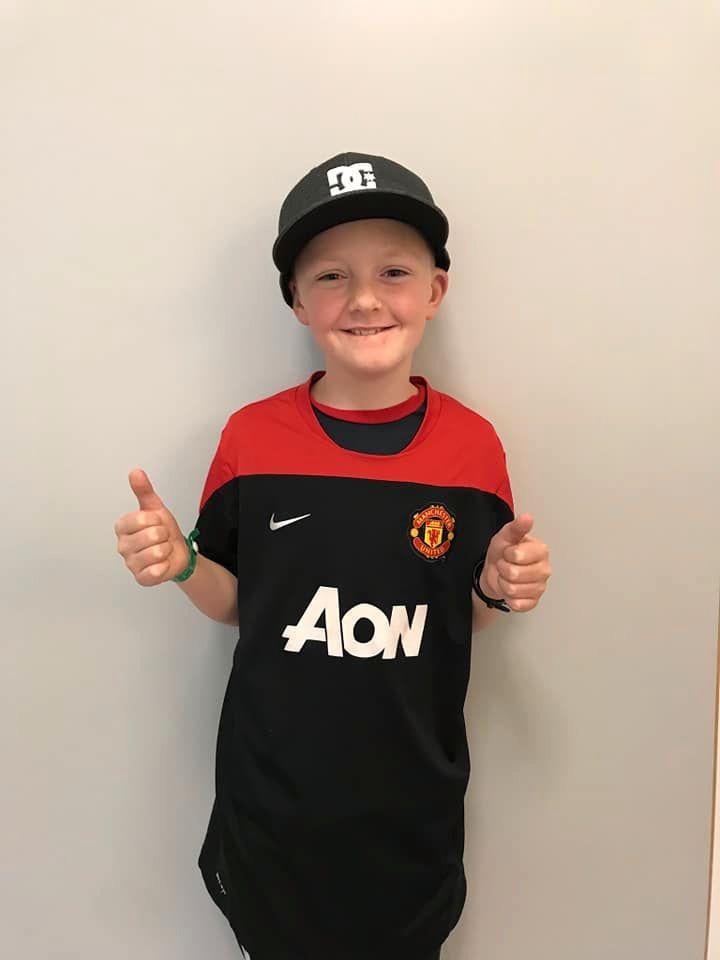 Ask (10) smiler etter å ha fått den nye drakten fra en annen Manchester United-fan, Joachim Gjerde.