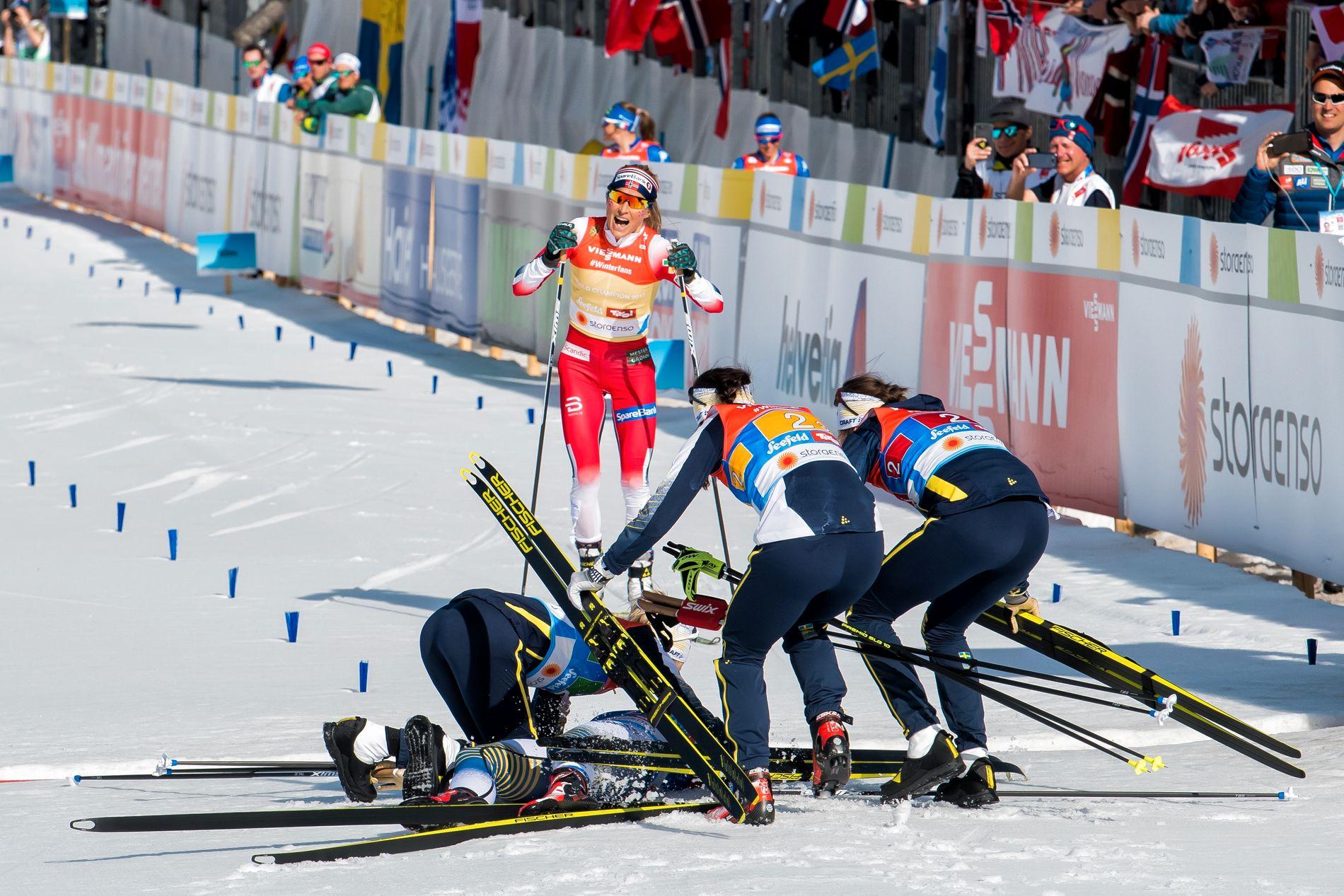 Da Therese Johaug skulle krysse målstreken, måtte hun gå en liten omvei forbi jublende svensker.