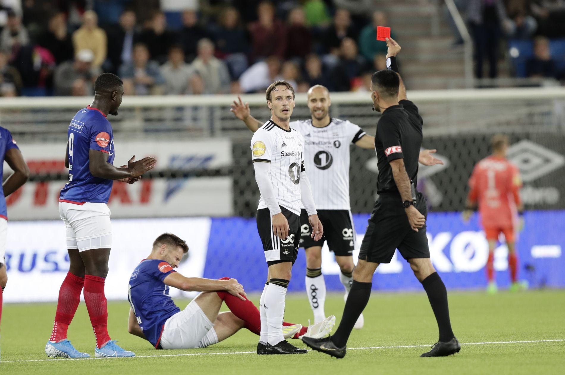 Mike Jensen ble sendt av banen da han gikk altfor hardt inn i en takling med sin gamle lagkamerat Matthias Vilhjálmsson.