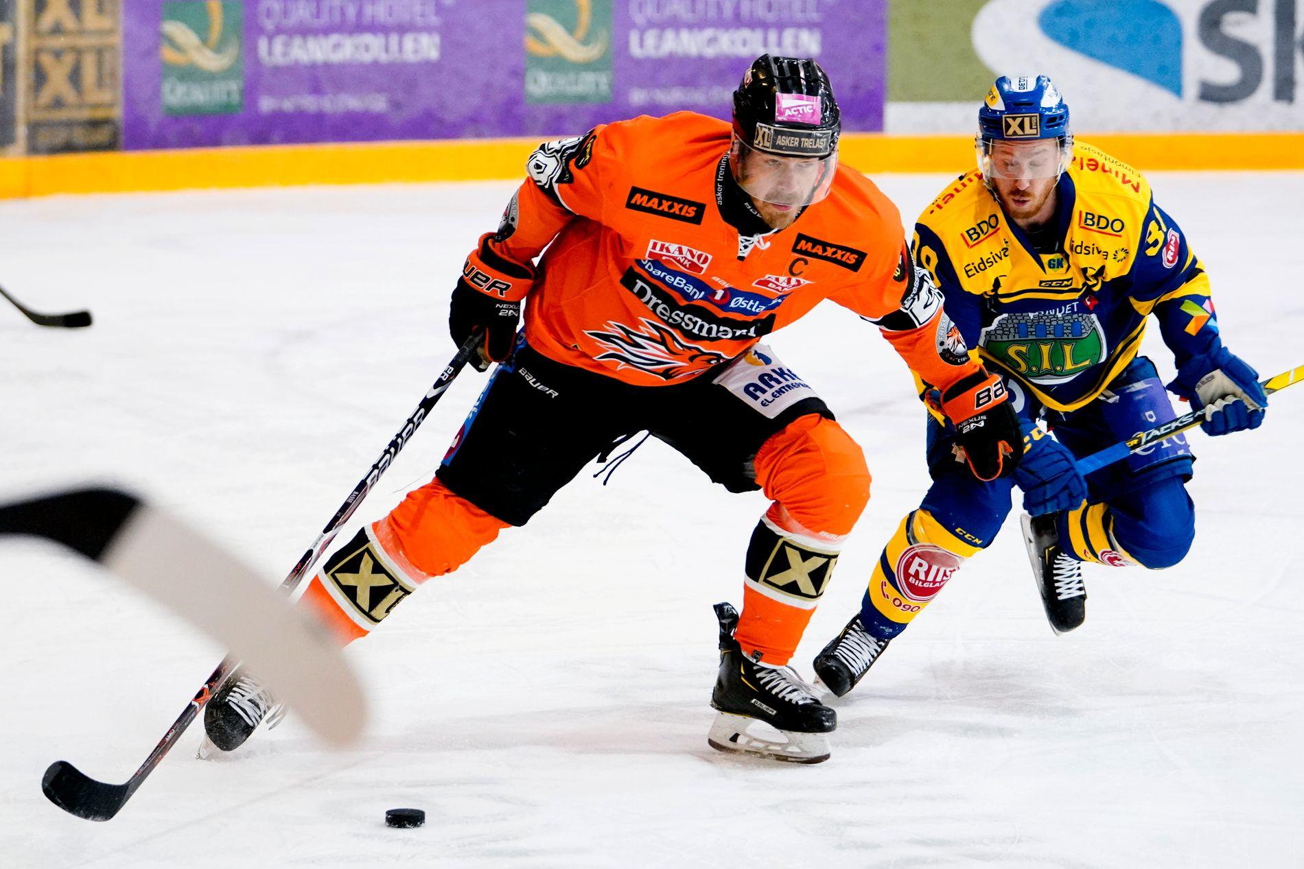 Anders Bastiansen i duell med Storhamars Victor Svensson under den fjerde av kampene i finalespillet.