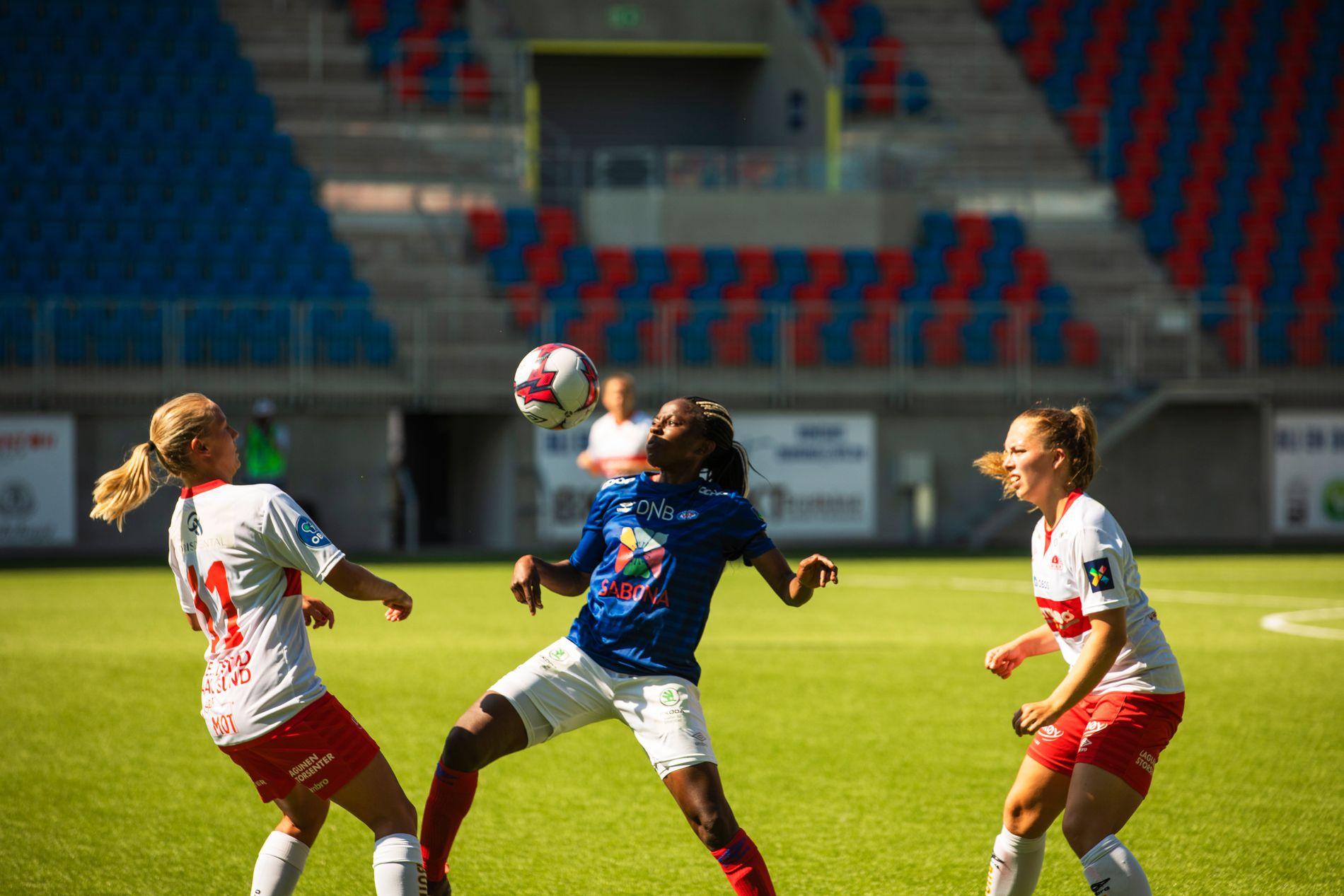 Ajara Nkout spilte VM for Kamerun. Lørdag var hun tilbake i Vålerenga-drakten.