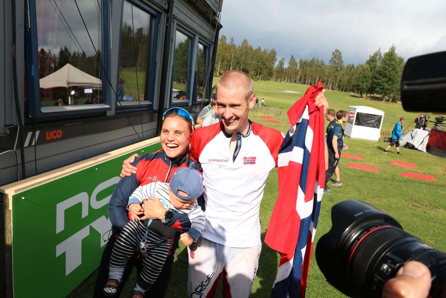 Gullvinner Olav Lundanes sammen med kona Ida Marie Næss Bjørgul og sønnen Jacob etter VM-gullet.