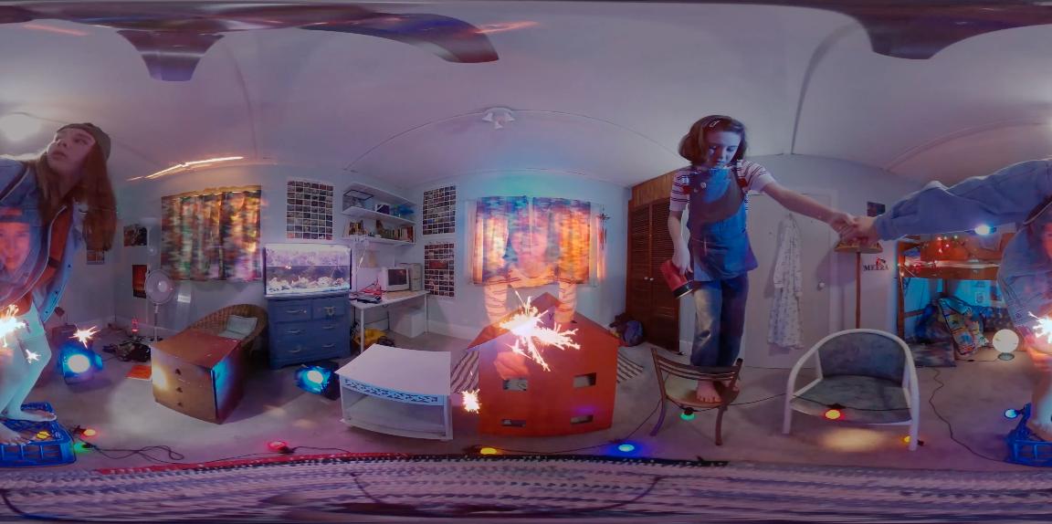 VR: I teaterstykket «Frogman» blir det veksla mellom scenekunst og bruk av VR-briller.