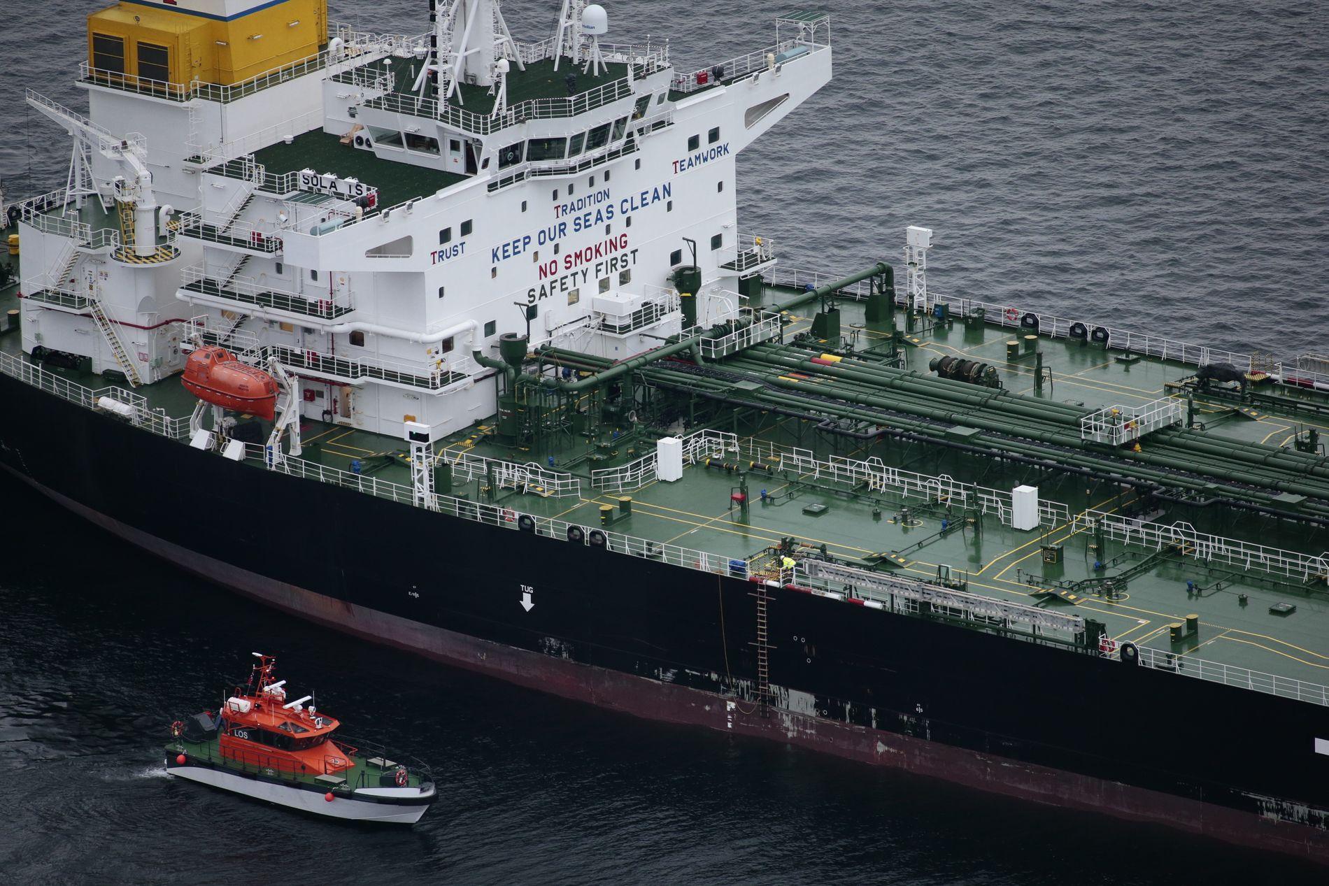 TANKSKIPET: En losbåt ligger tett opp til tankskipet «Sola TS» som kolliderte med fregatten KNM «Helge Ingstad». Alle skip som anløper terminalene på Sture og Mongstad har losplikt.