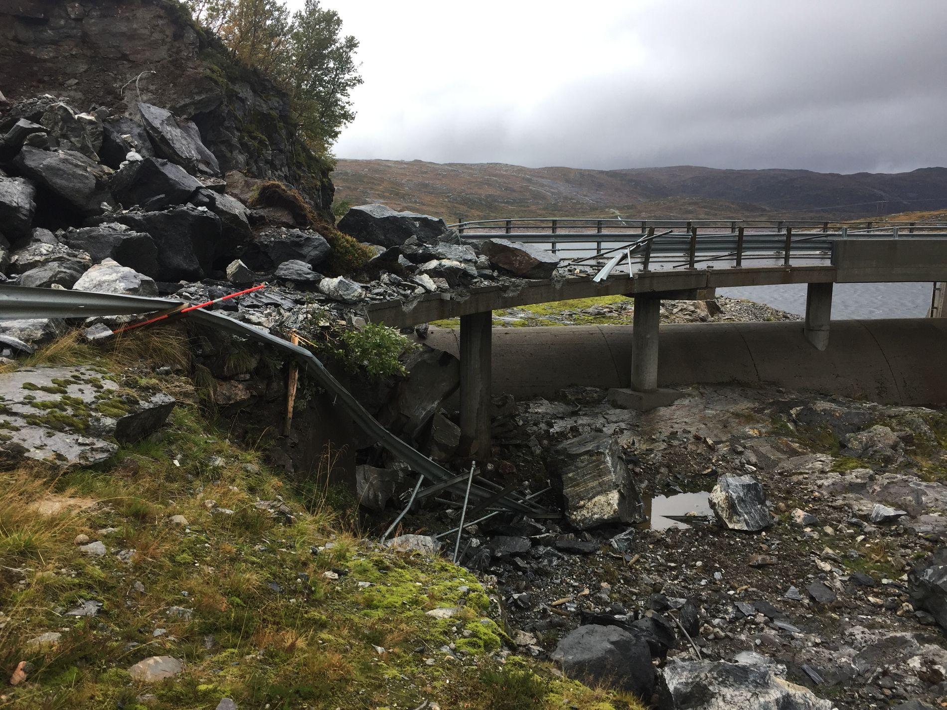 BROEN ØDELAGT: Fylkesvei 92 ved Krokavatnet mellom Stordalsstølen og Høyanger er stengt frem til 24. september.