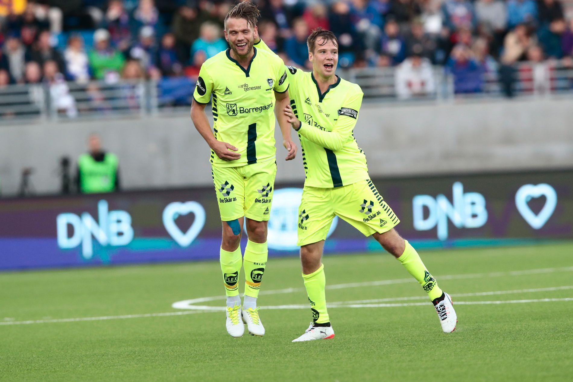 Ole Jørgen Halvorsen (t.v.) og lagkompis Nicolai Poulsen jubler for Sarpsborgs første mål mot Vålerenga.