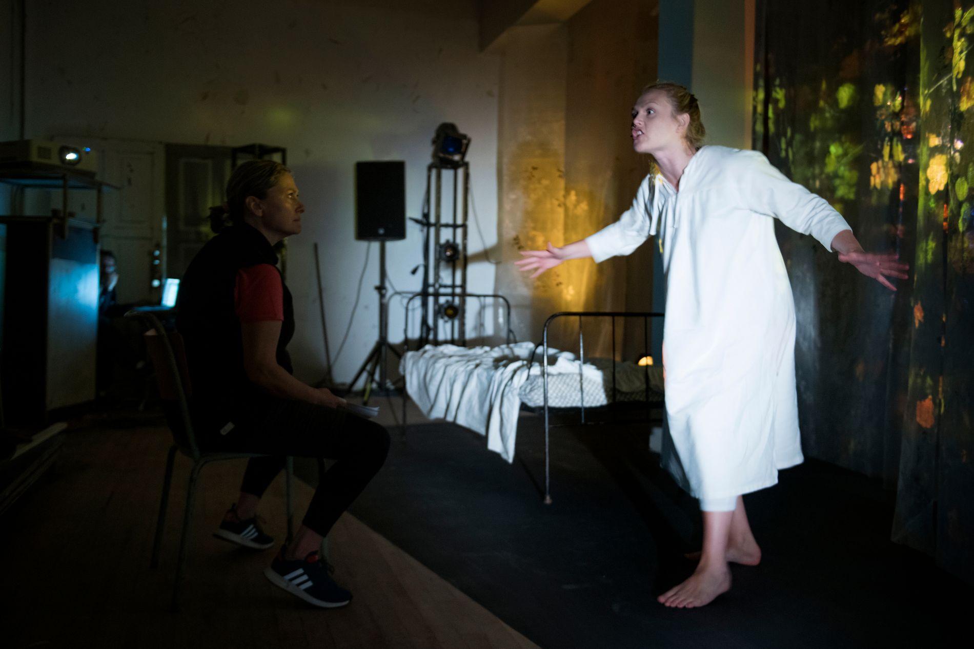 DRAMATISK: Kjersti Elvik (til v.) og Marte Paulsen har delt på hovedrollen i stykket «Det gule tapetet».