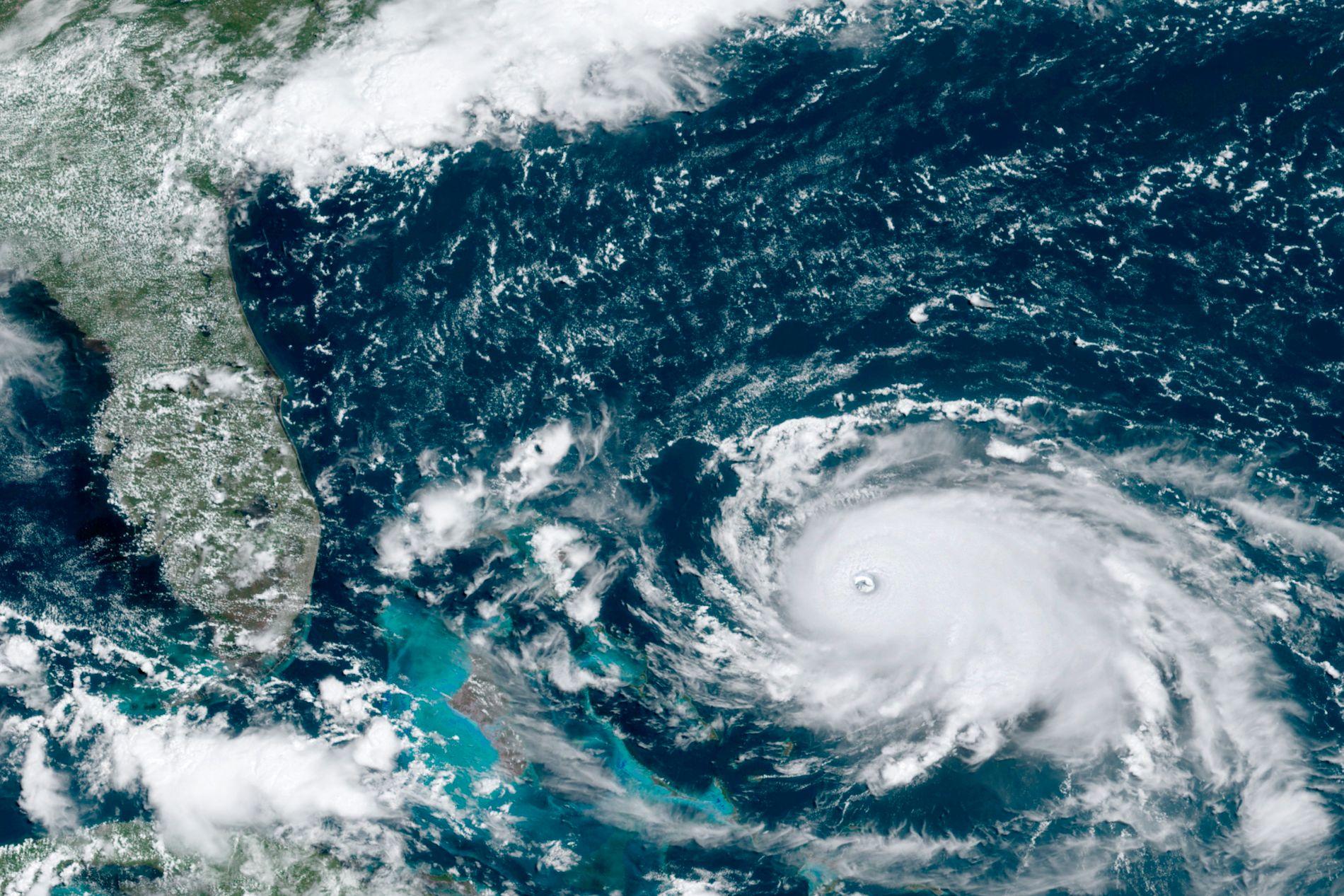 KATEGORI 5: Orkanen Dorian er blitt en kategori 5-orkan og traff det nordre Bahamas søndag. Den er nå på vei mot USAs østkyst.